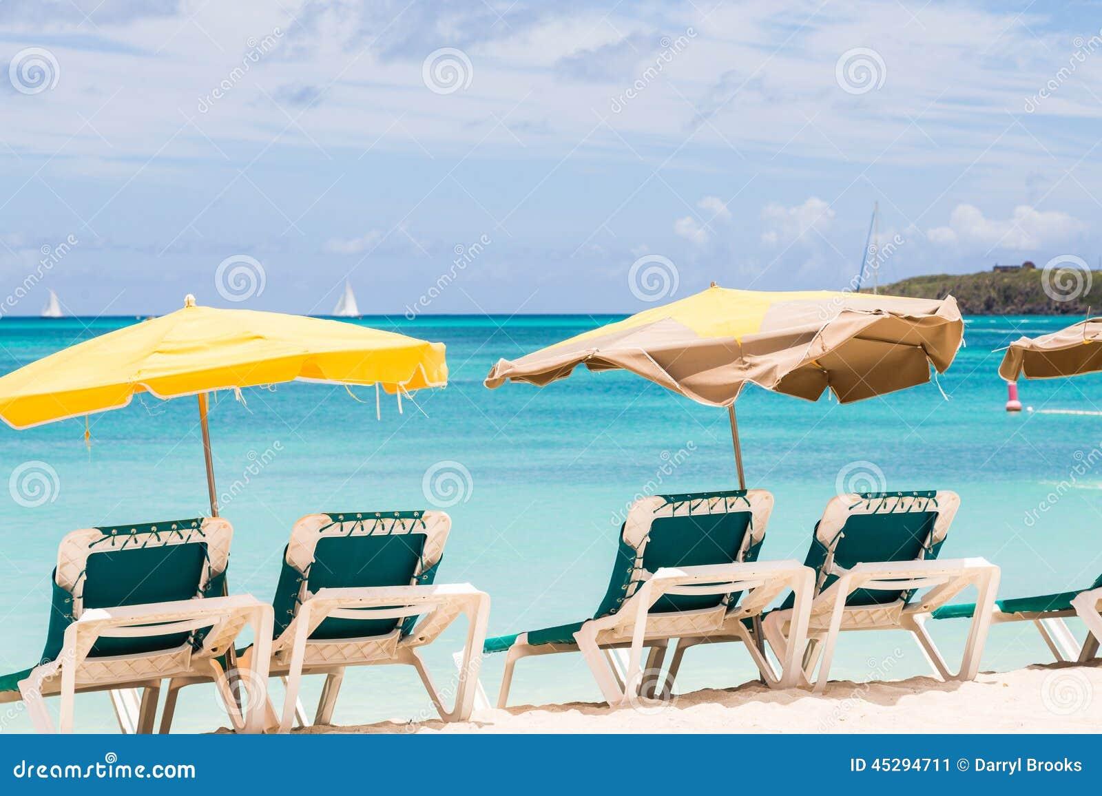 Ombrelloni sopra le sedie verdi sulla spiaggia fotografia for Disegni di casa sulla spiaggia tropicale