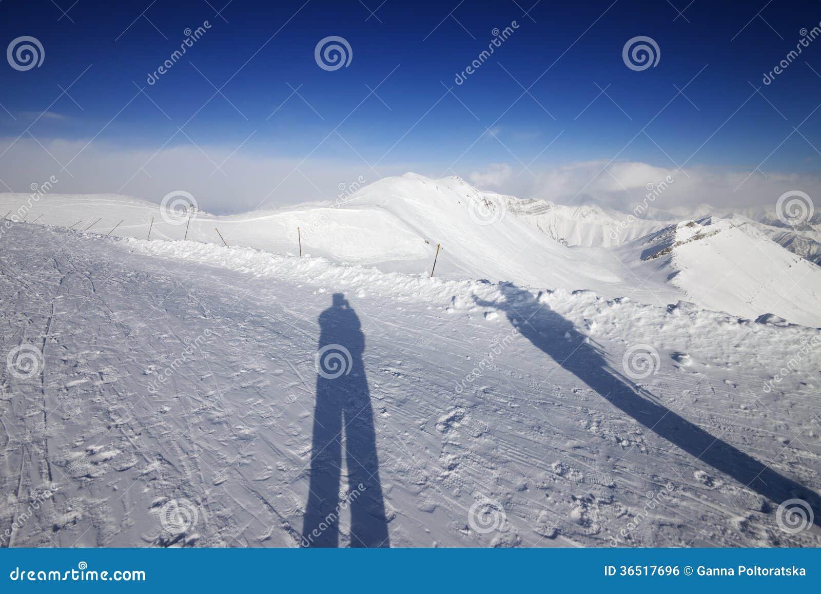 Ombres de skieur et de surfeur sur la neige