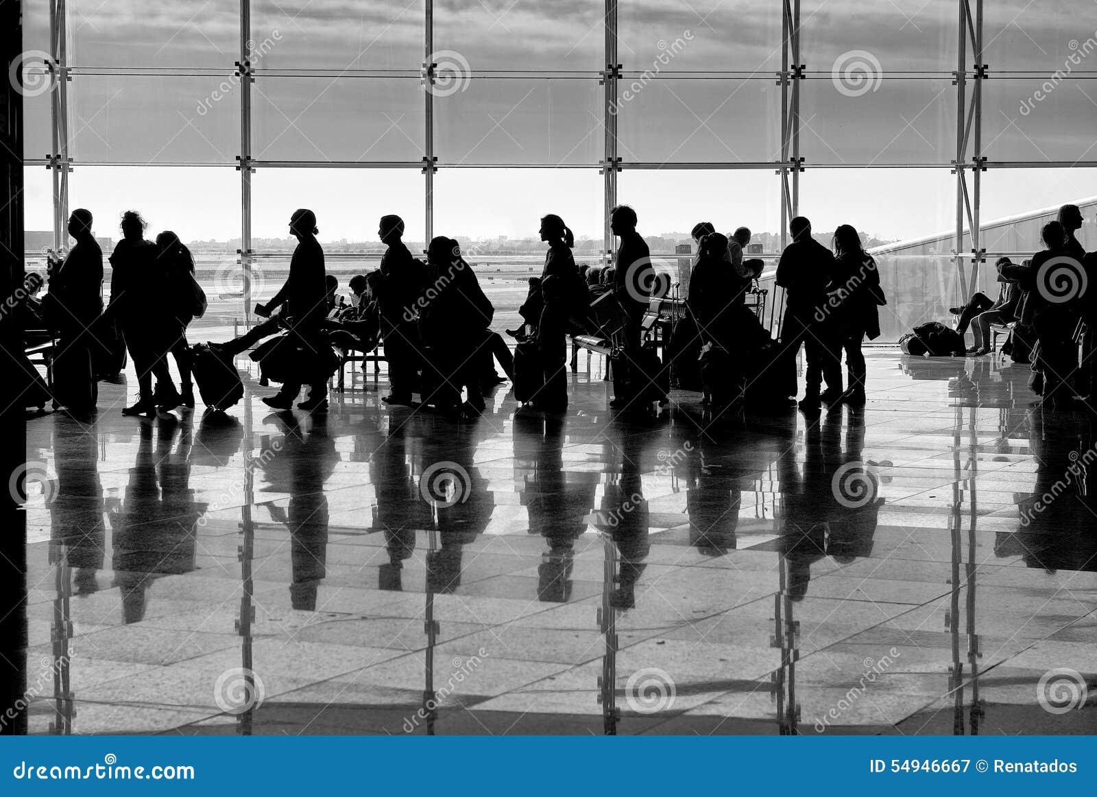 Ombres des personnes sur le fond de bâtiment Ombres de personnes avec la réflexion au sol Photo artistique en noir et blanc, B&W