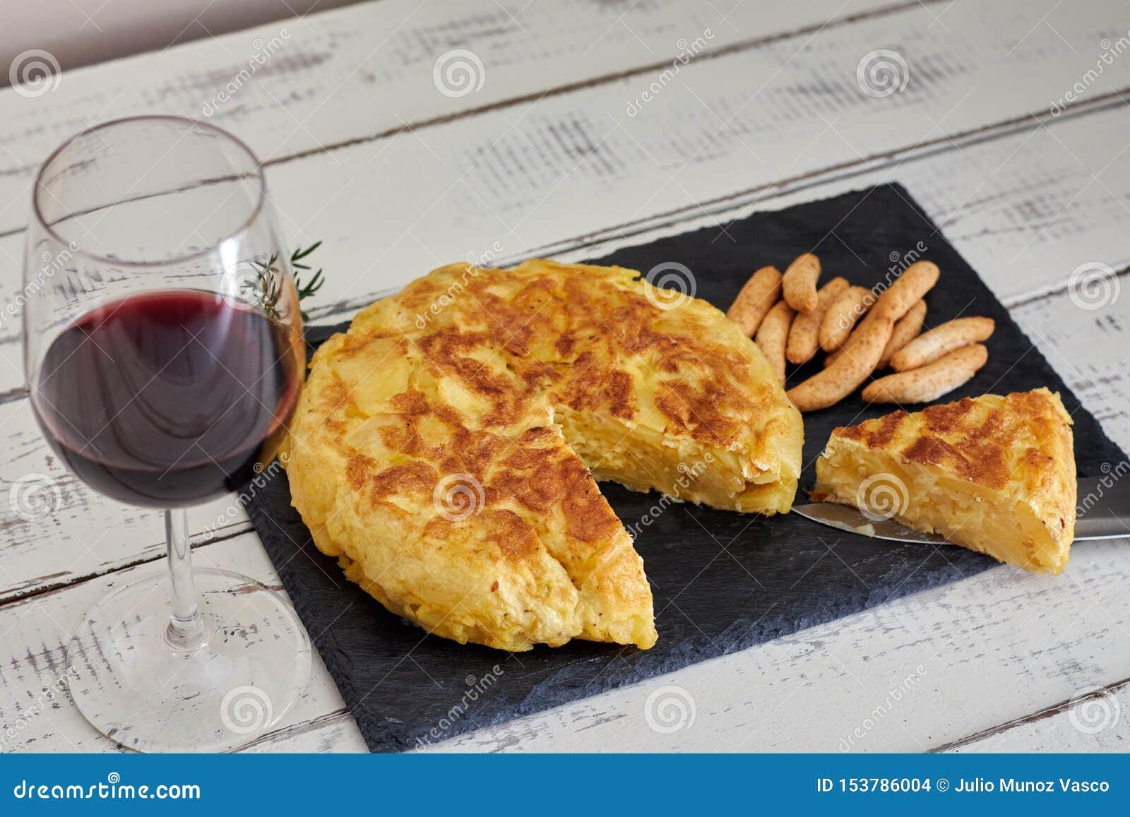 Omelett med brödpinnen och vinexponeringsglas
