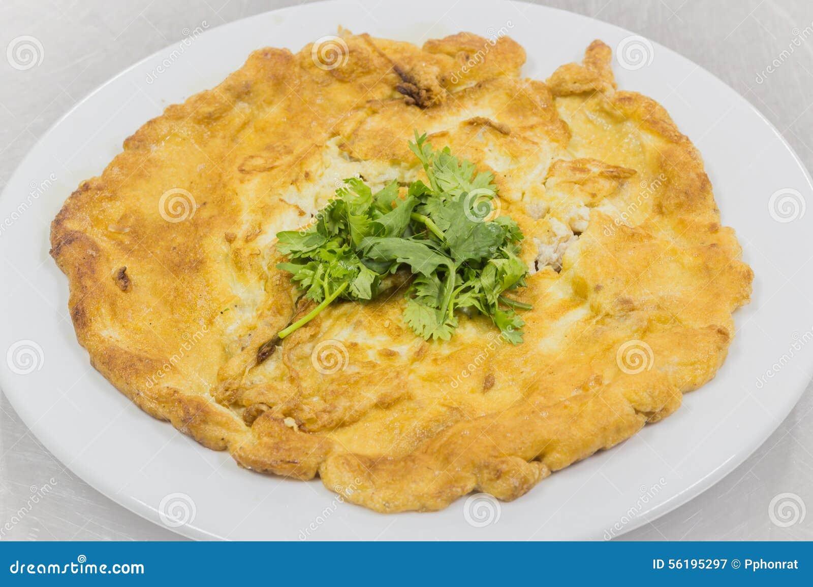Omelett med grönsaker i ett mål