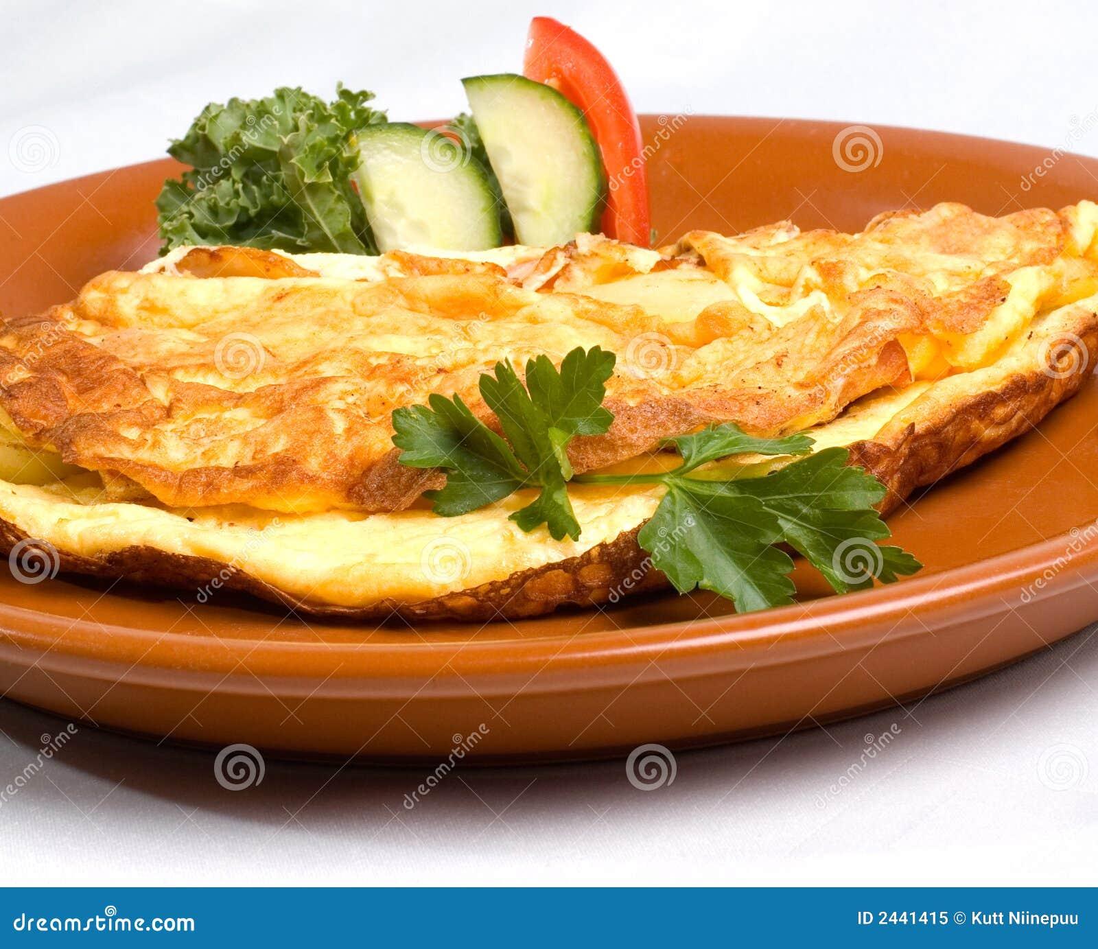 Omelette avec du jambon et le fromage