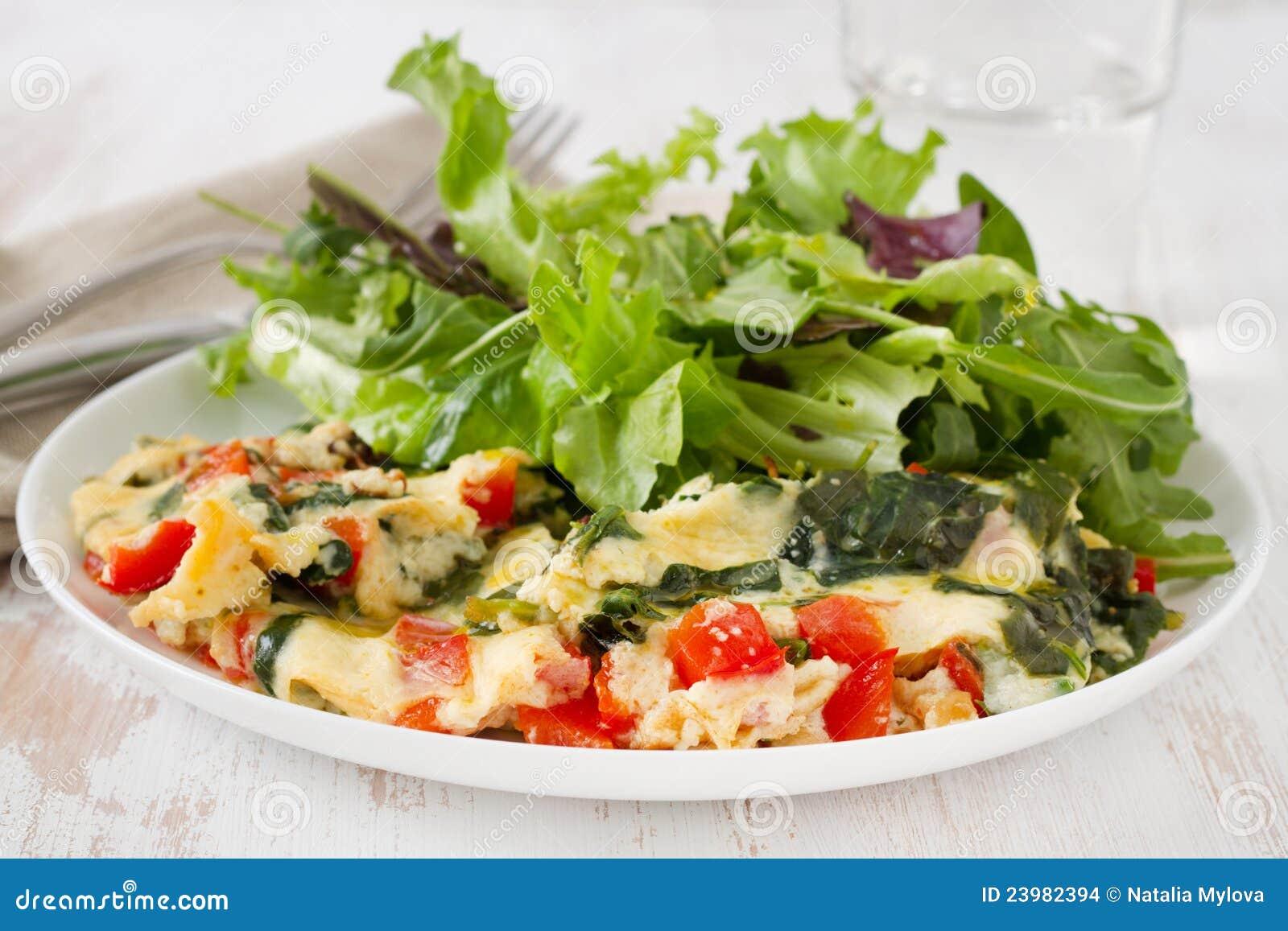 thumbs.dreamstime.com/z/omelette-avec-les-légumes-et-la-salade-23982394.jpg