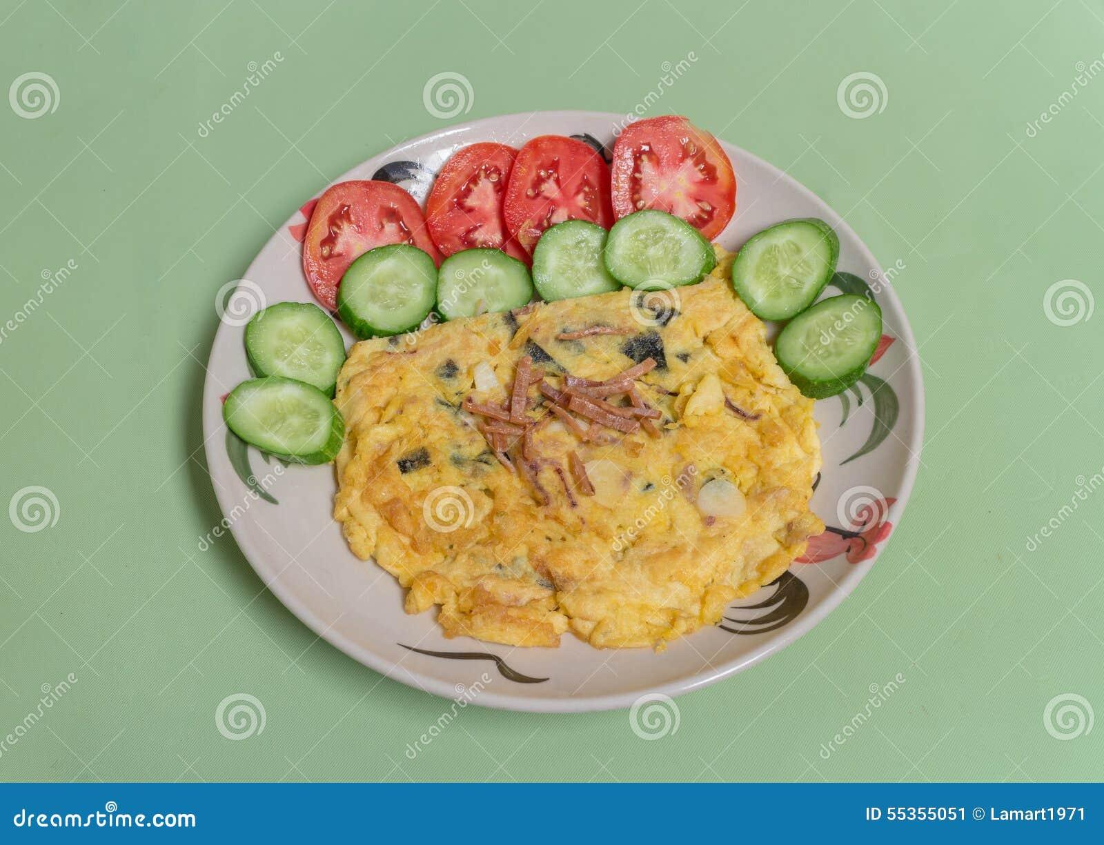 Omelette del calamaro e dell alga con il pomodoro ed il cetriolo