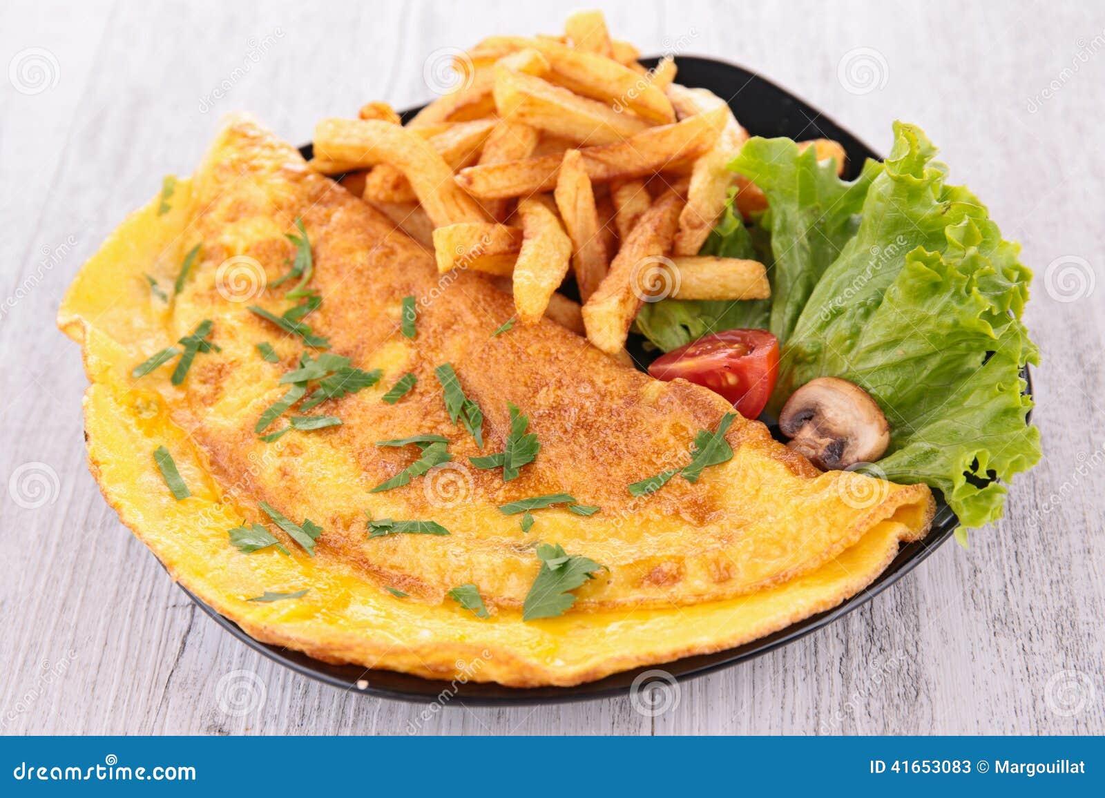 Omelette et pommes frites image stock. Image du nourriture..
