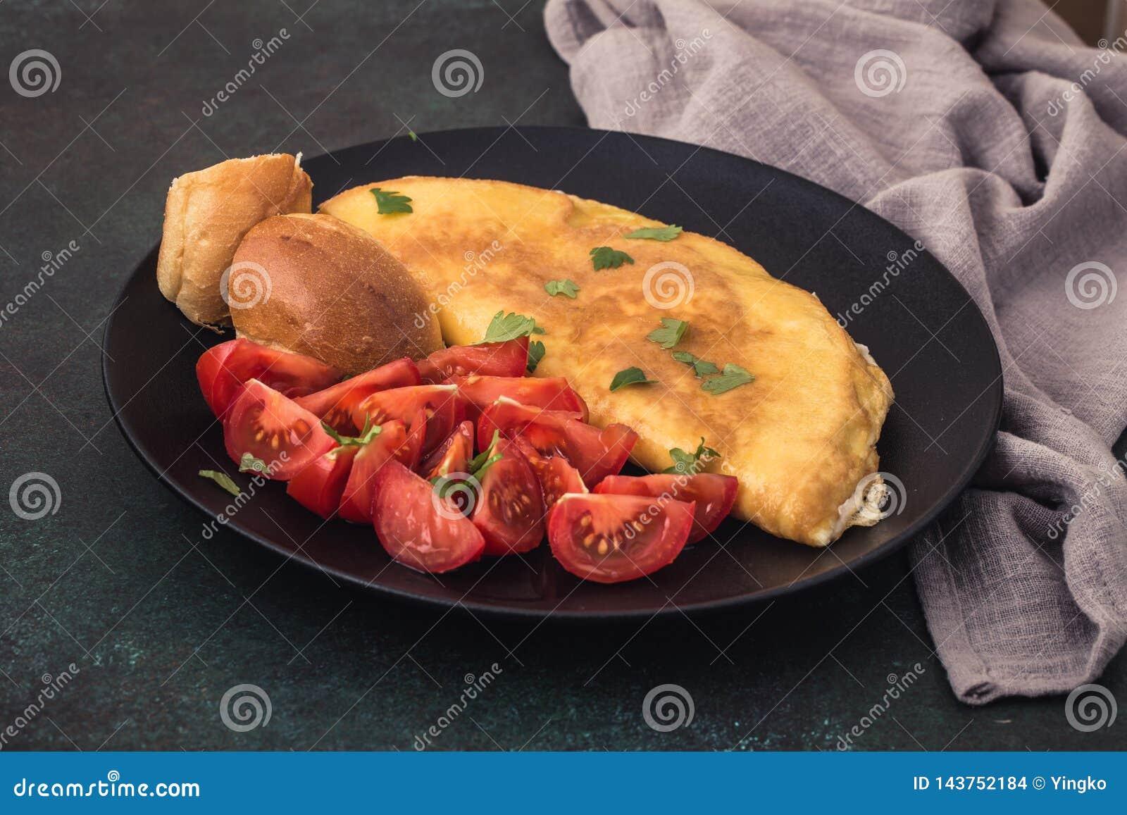 Omelette française avec des tomates