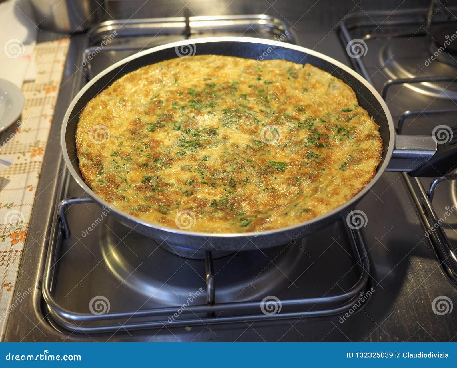 Omelette robić od smażących bijących jajek