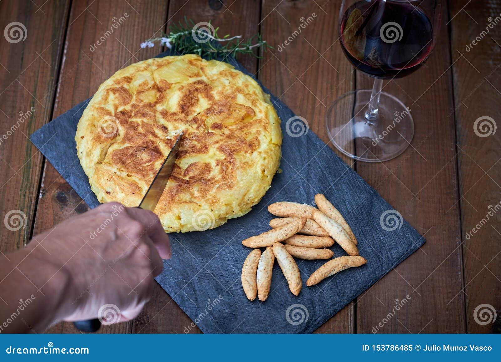 Omelette z chlebowym kijem i wina szkłem