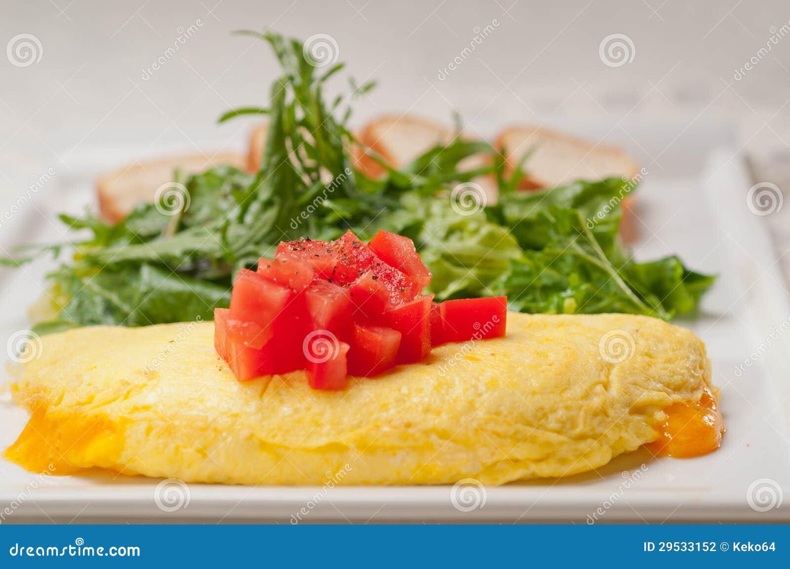 Ometette do queijo com tomate e salada