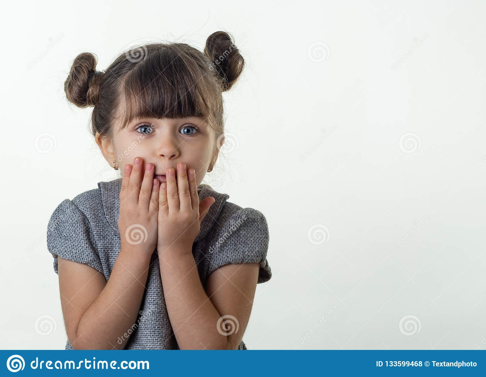 OMG! Szczęśliwy zdziwiony dziecka 4 lub 5 lat odizolowywający na bielu Oh nie! Przerażony szokujący dziecko z bugged oczami zakry