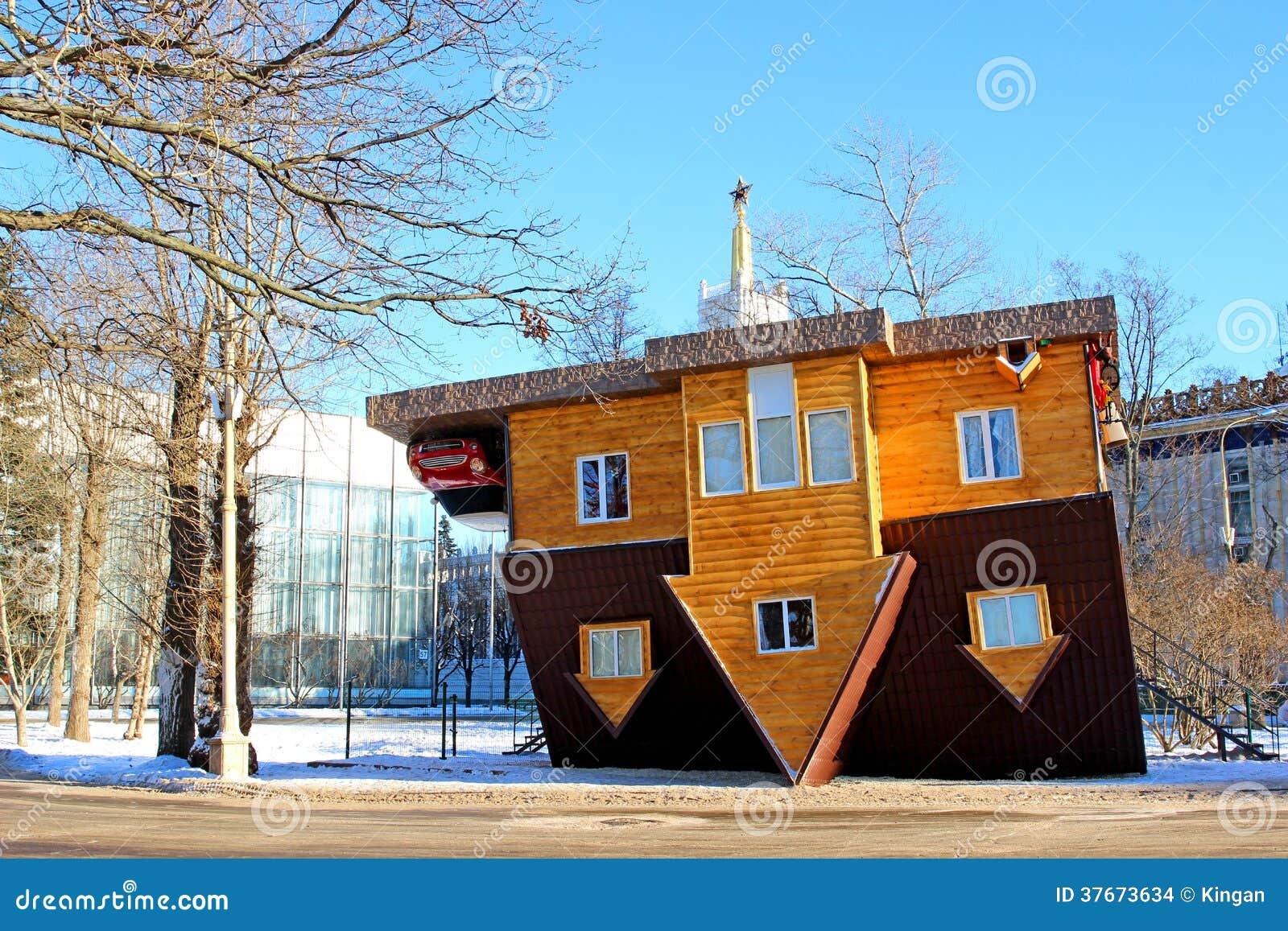 Omgekeerd huis in het russische tentoonstellingscentrum in moskou redactionele stock afbeelding - Foto huis in l ...