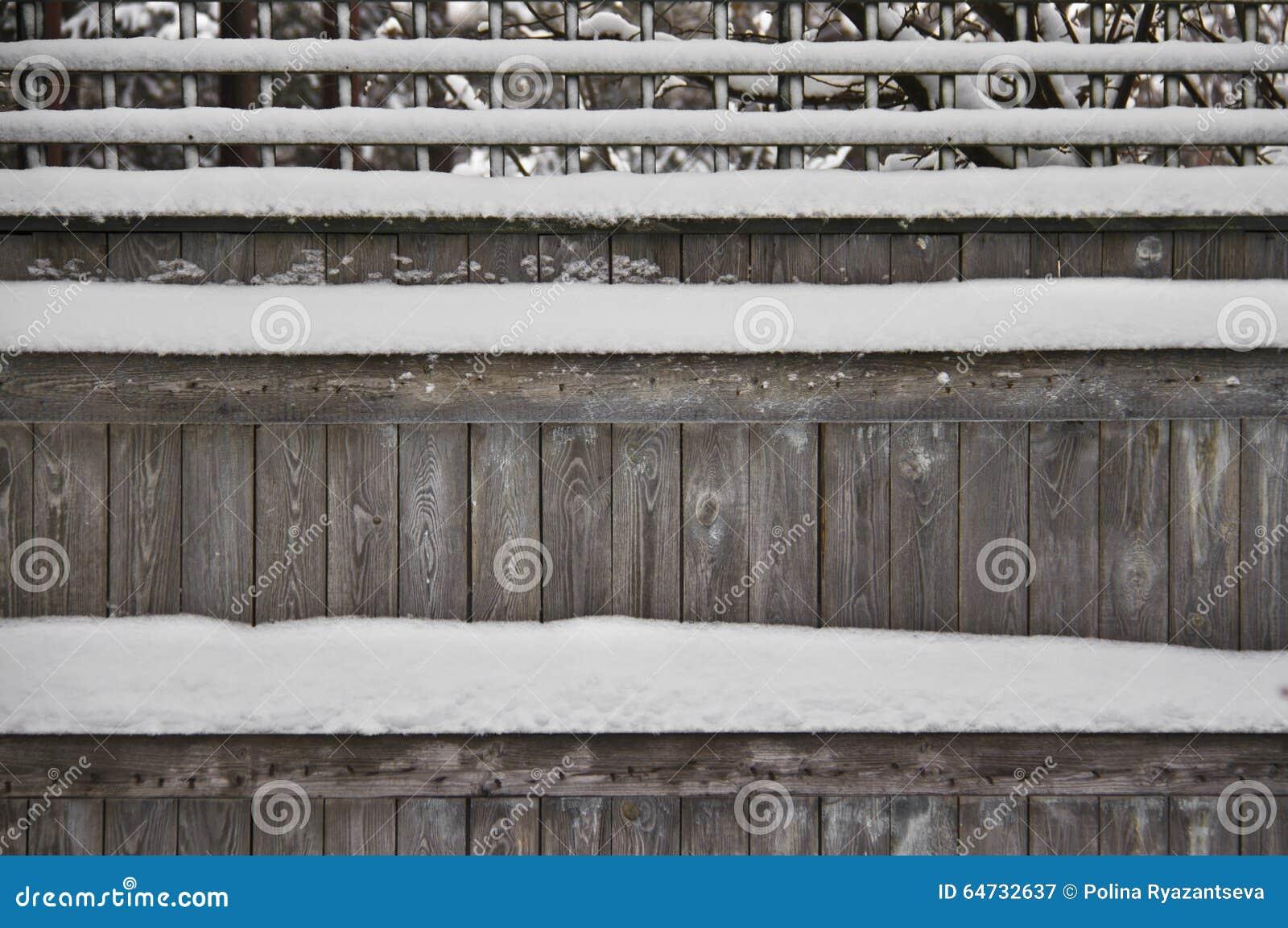 Omheining die met sneeuw wordt behandeld
