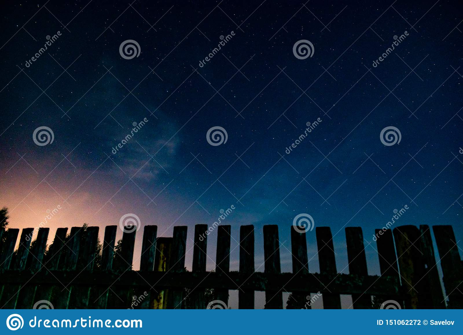 Omheining en sterrige nachthemel vóór zonsopgang