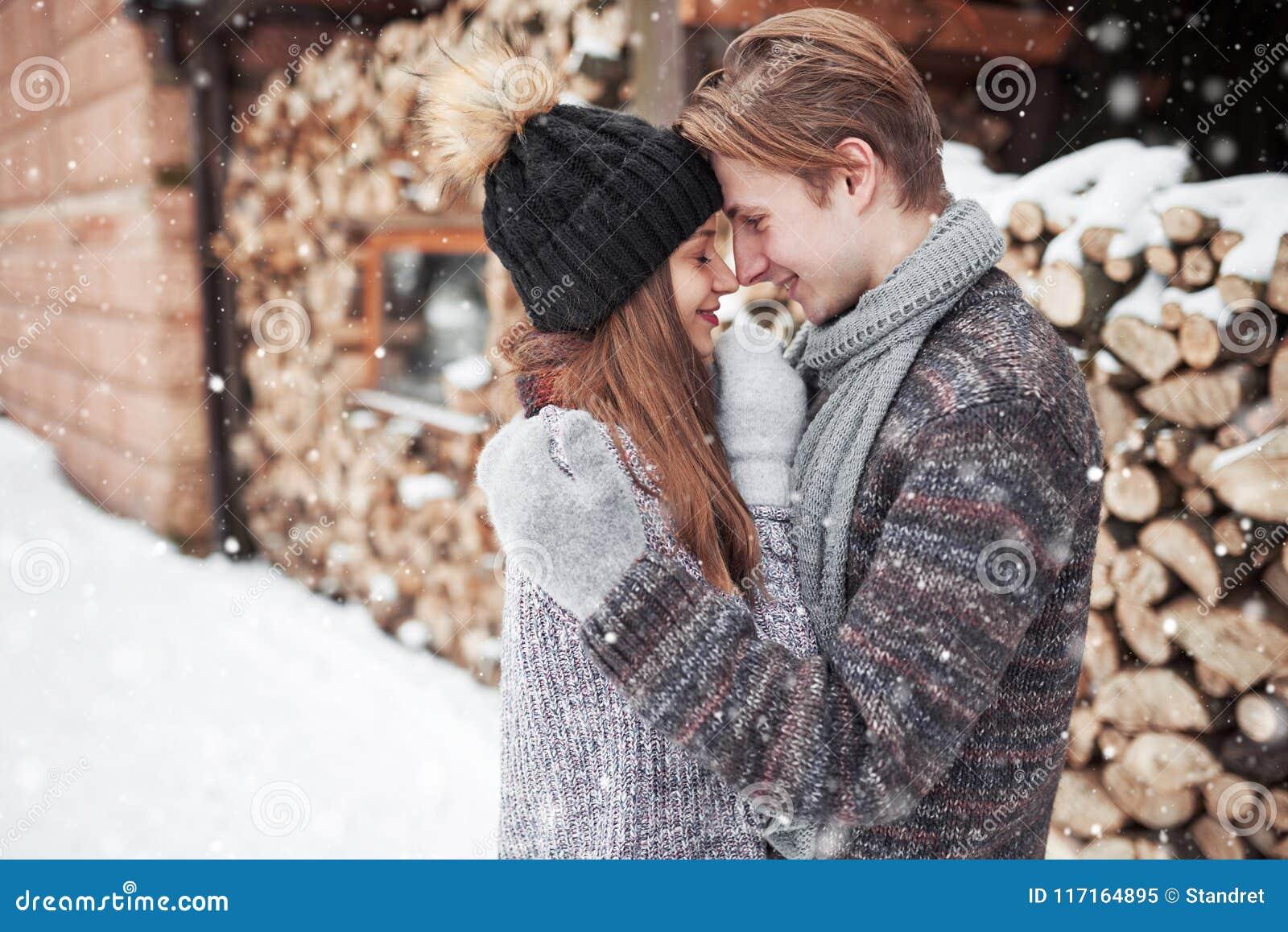 Omhelst het Kerstmis gelukkige paar in liefde in de sneeuwwinter koud bos, de partijviering van het exemplaar ruimte, nieuwe jaar