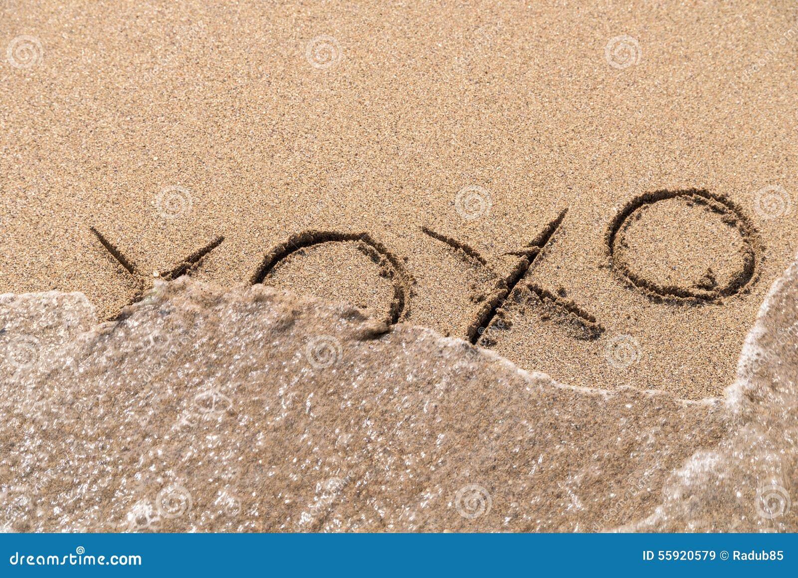 Omhelzingen en Kussenxoxo Teken op Zand