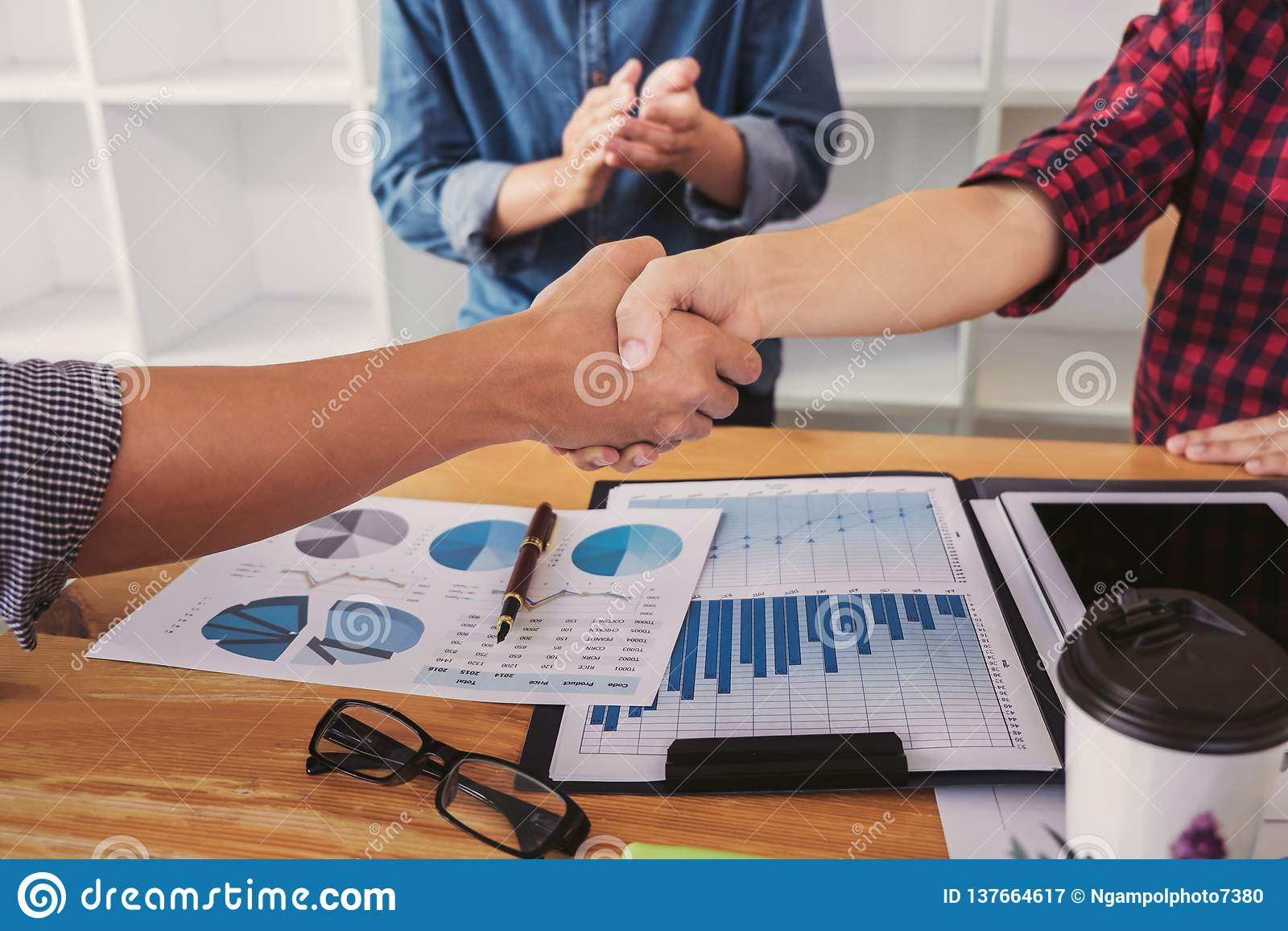 Omhoog beëindigend een vergadering, handdruk van twee gelukkige bedrijfsmensen na contractovereenkomst om een partner te worden,