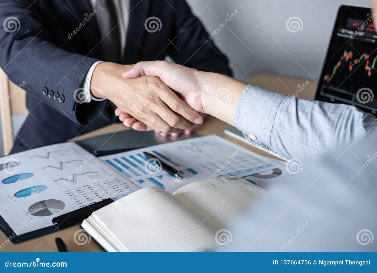 Omhoog beëindigend een vergadering, Handdruk van twee uitvoerende bedrijfsmensen na contractovereenkomst om een partner te worden