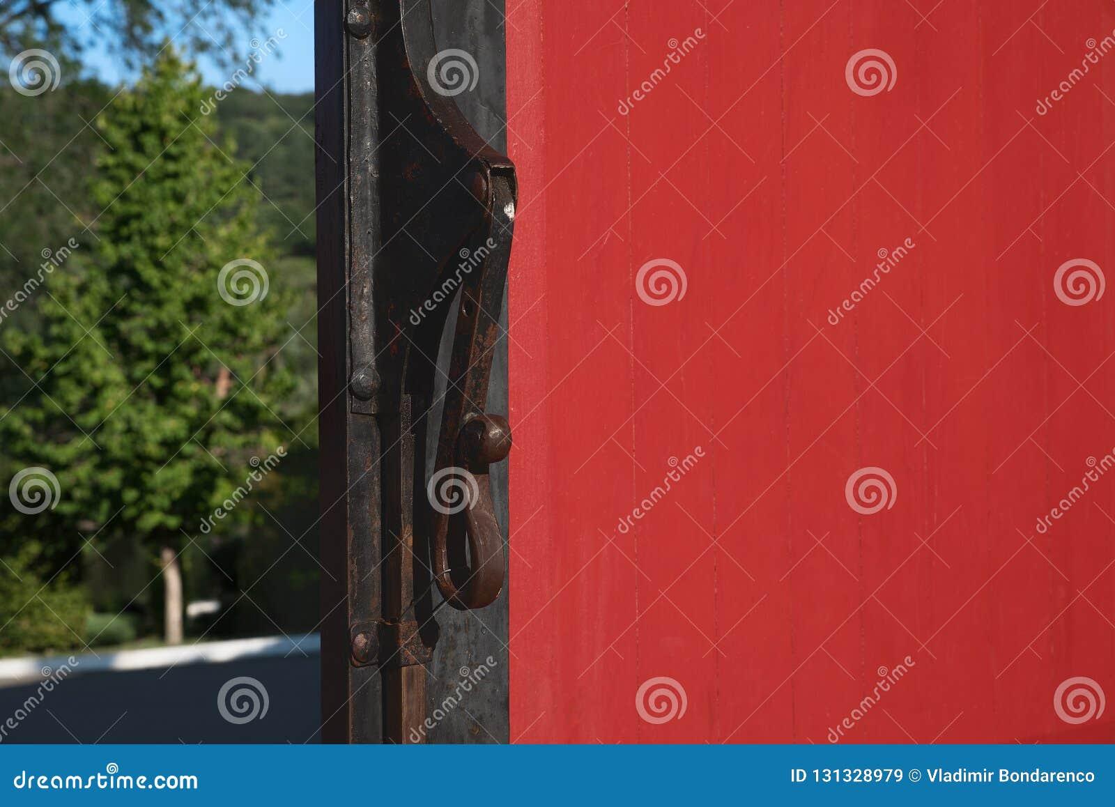 Omhoog gesloten van Uitstekende Deurkloppers op Rode Houten Deur De deur is open