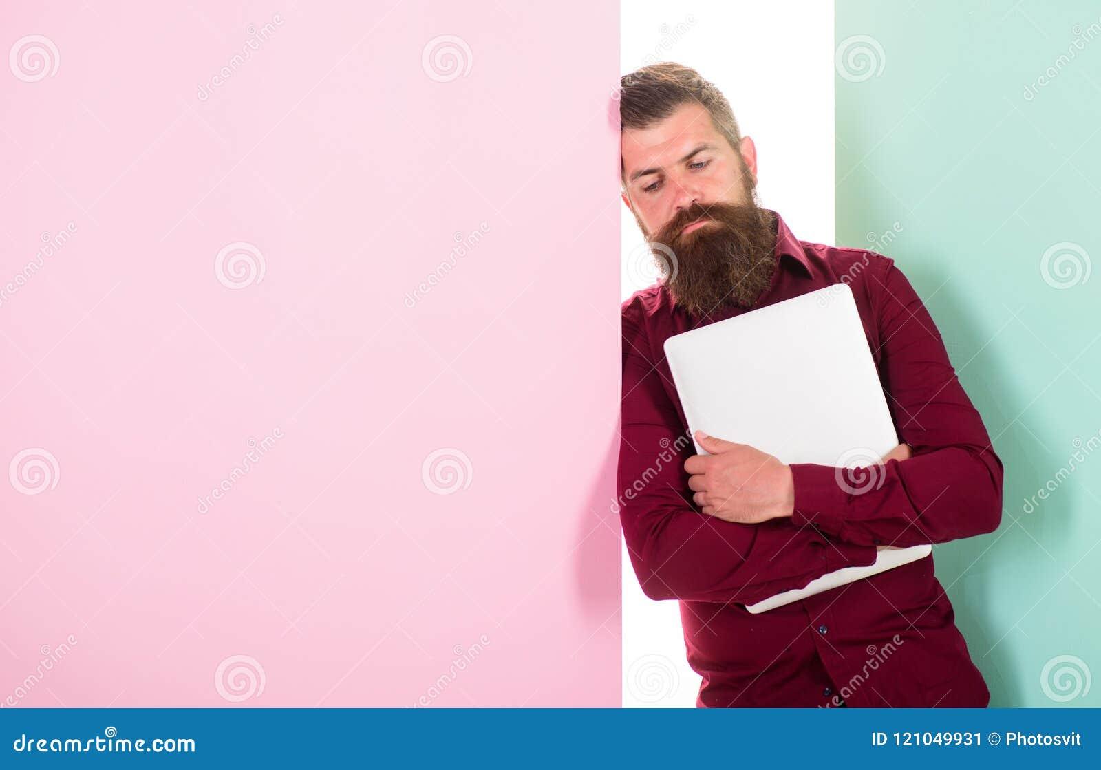 Omhoog gevoed met creativiteit Arbeider van mensen de gebaarde hipster met laptop helling op muur De ontwikkelaarprogrammeur of o