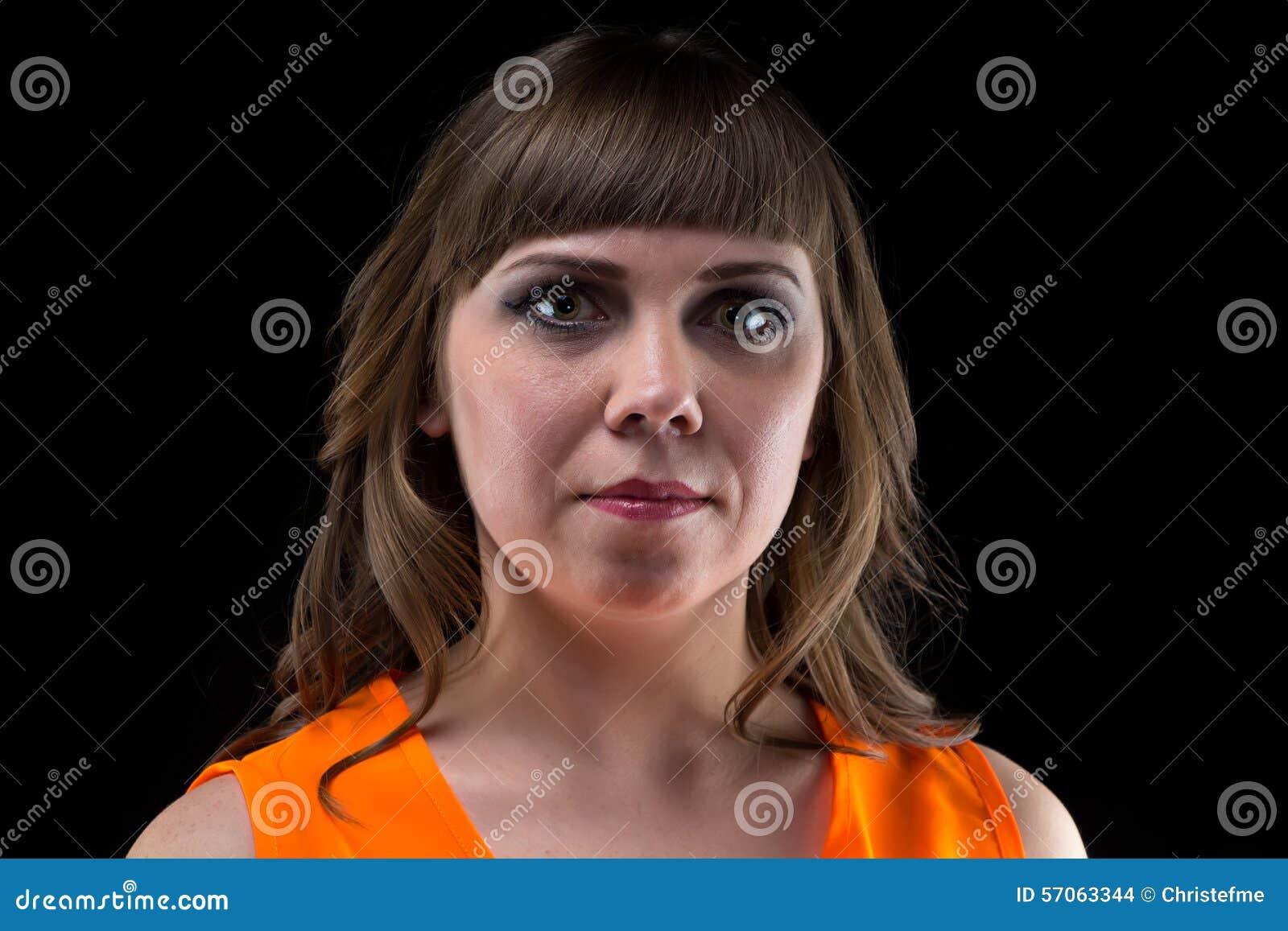Omhoog maakt de portret donkerbruine vrouw met helder