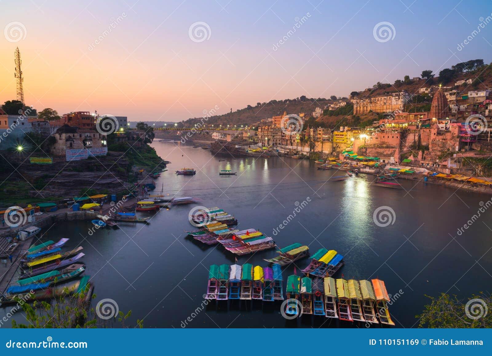 Omkareshwar-Stadtbild an der Dämmerung, Indien, heiliger hindischer Tempel Heiliger Narmada-Fluss, Bootsschwimmen Reiseziel für T