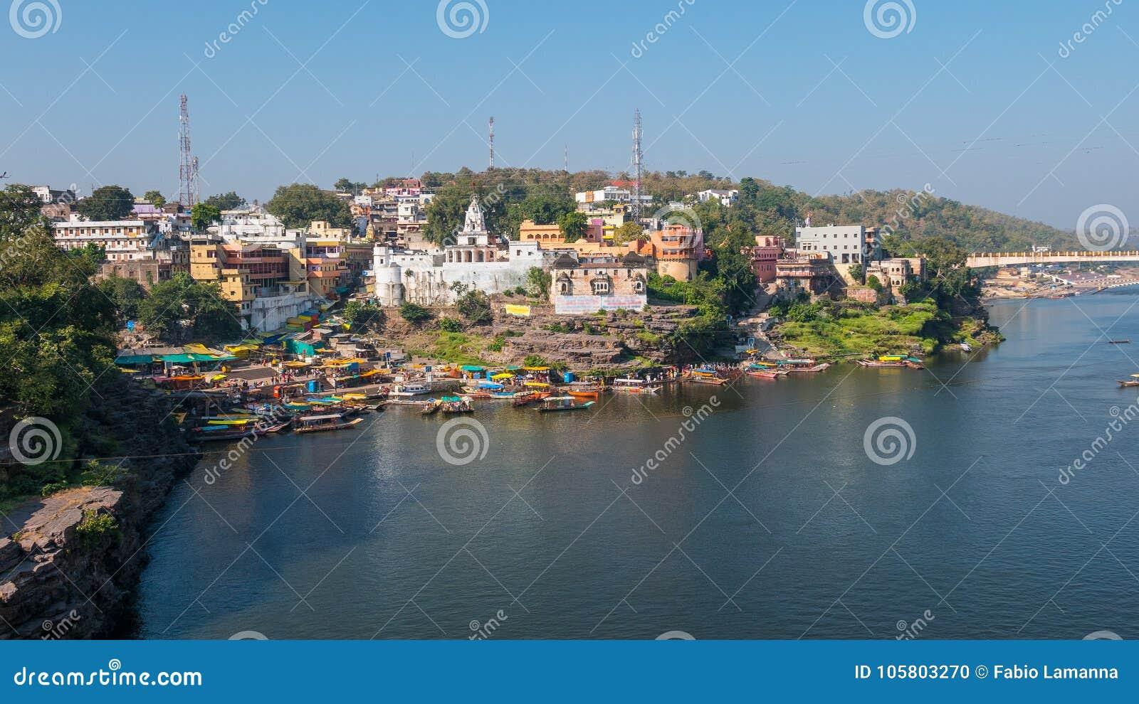 Omkareshwar-Stadtbild, Indien, heiliger hindischer Tempel Heiliger Narmada-Fluss, Bootsschwimmen Reiseziel für Touristen und Pilg