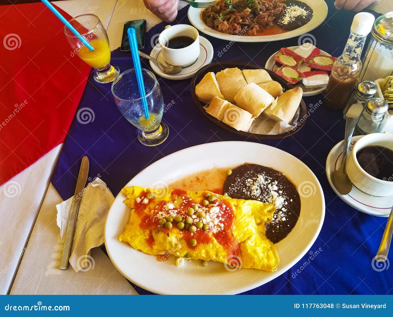 Omlet mexicano colorido, delicioso del desayuno con las habas y arroz en resturant