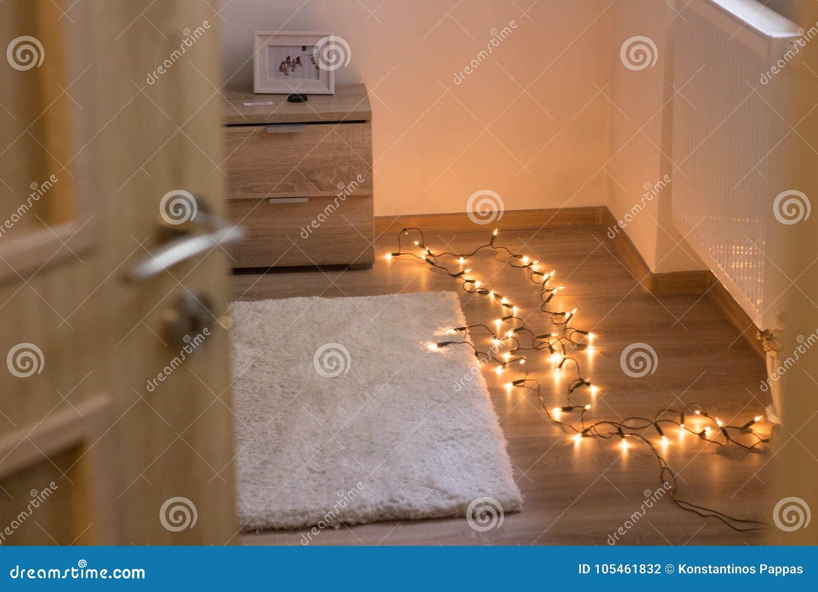 Omlijsting en vloer van het bed de de zijbureau met lichten