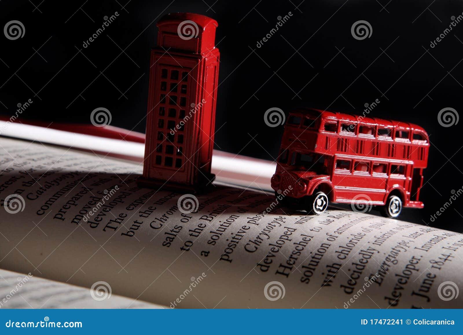 Omnibus rojo y una cabina de teléfono