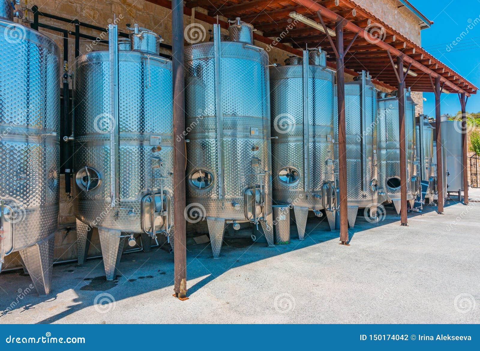 Omodhos,塞浦路斯- 07 06 18:酒发酵的不锈钢坦克在酿酒厂