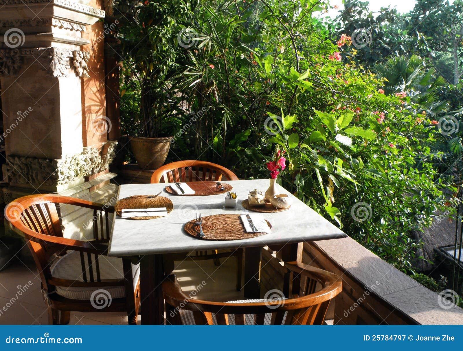Område för utomhus- trädgård för semesterort äta middag
