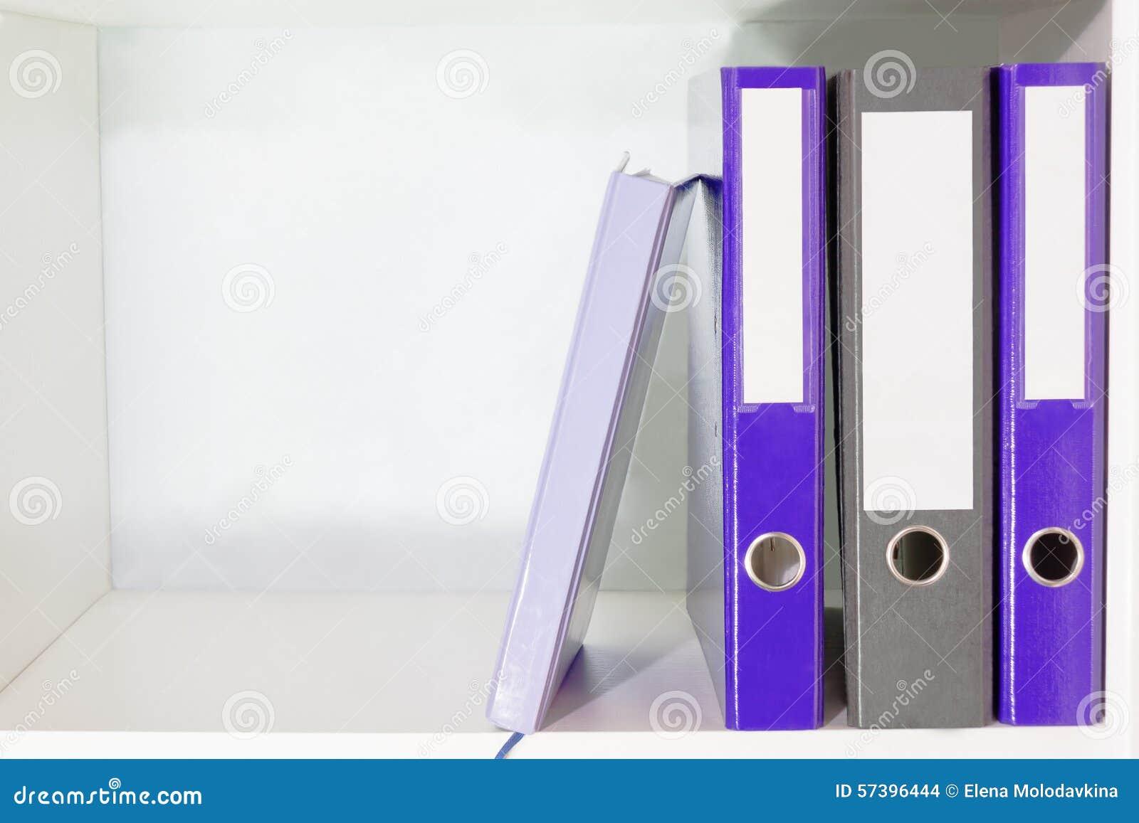 Omslagen voor documenten en ontwerper op een boekenplank