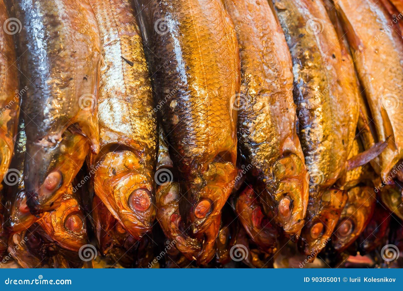 Omul fumado quente de Baikal dos peixes