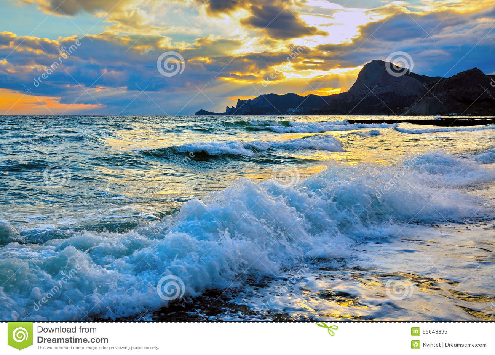 Onda del mar en la playa, la resaca en la costa del Mar Negro en la puesta del sol