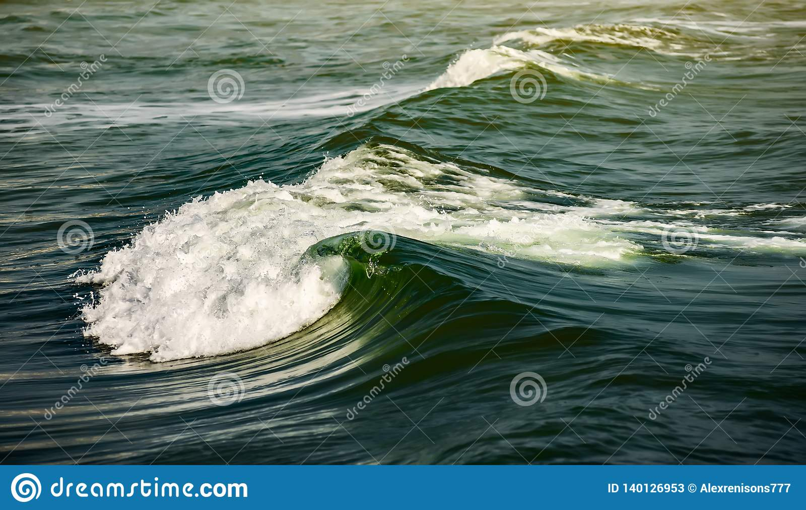 Onda del mar roturas azules masivas de la onda con la llamarada