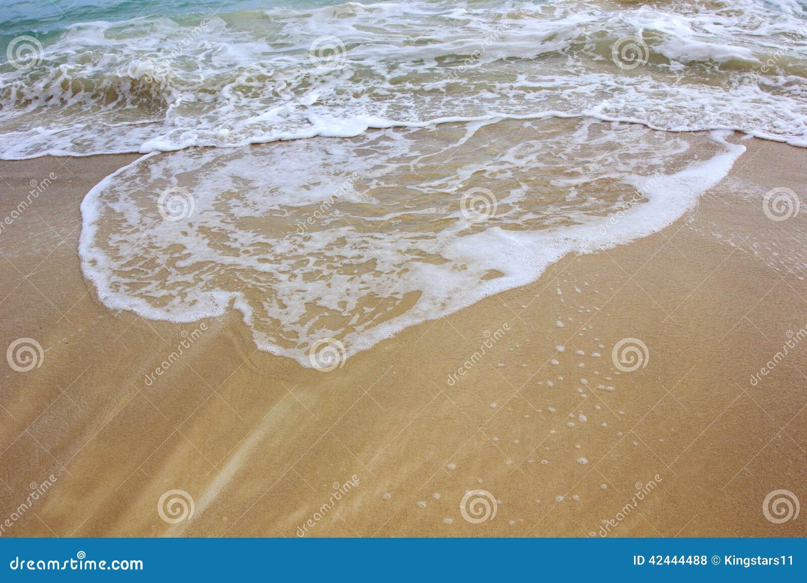 Onda del océano en la playa de la arena