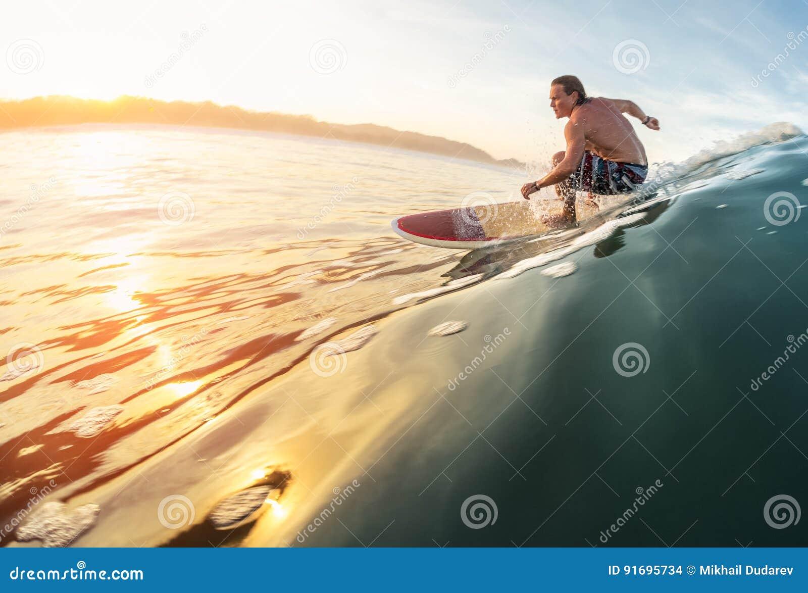 Onda dos passeios do surfista