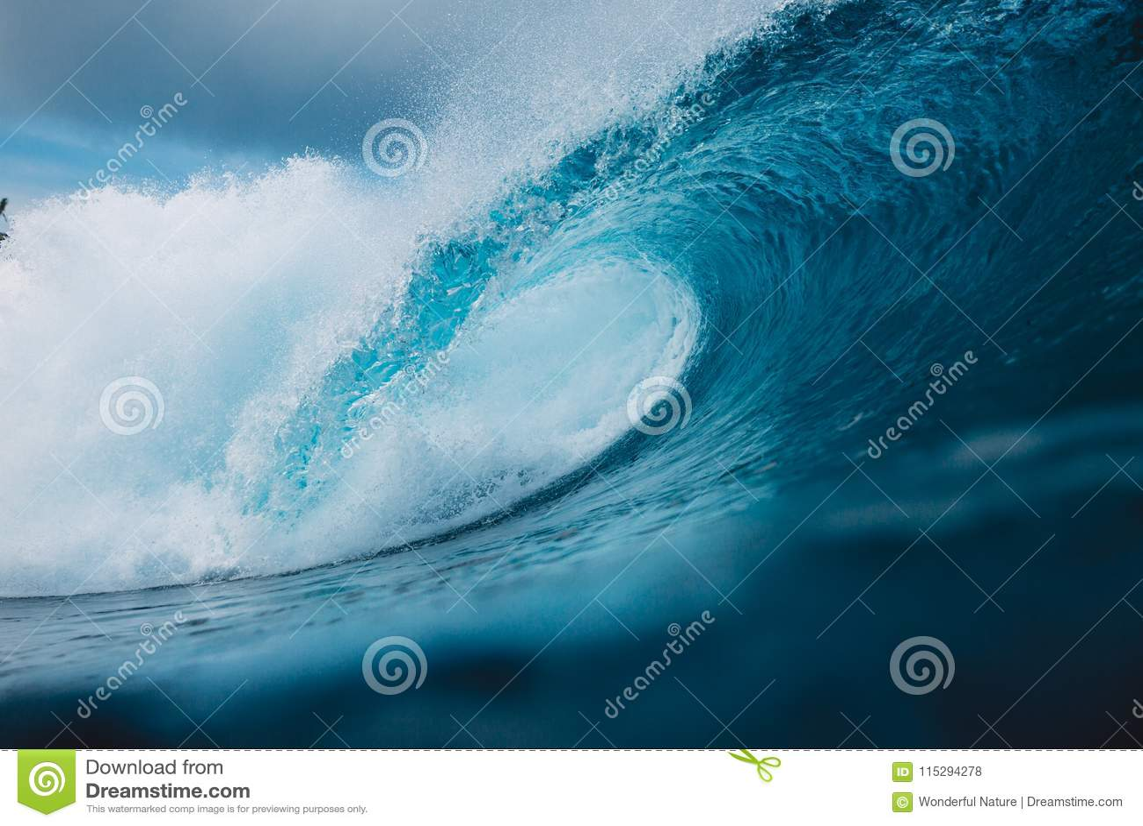Onda grande do azul de oceano Quebrando a onda do tambor