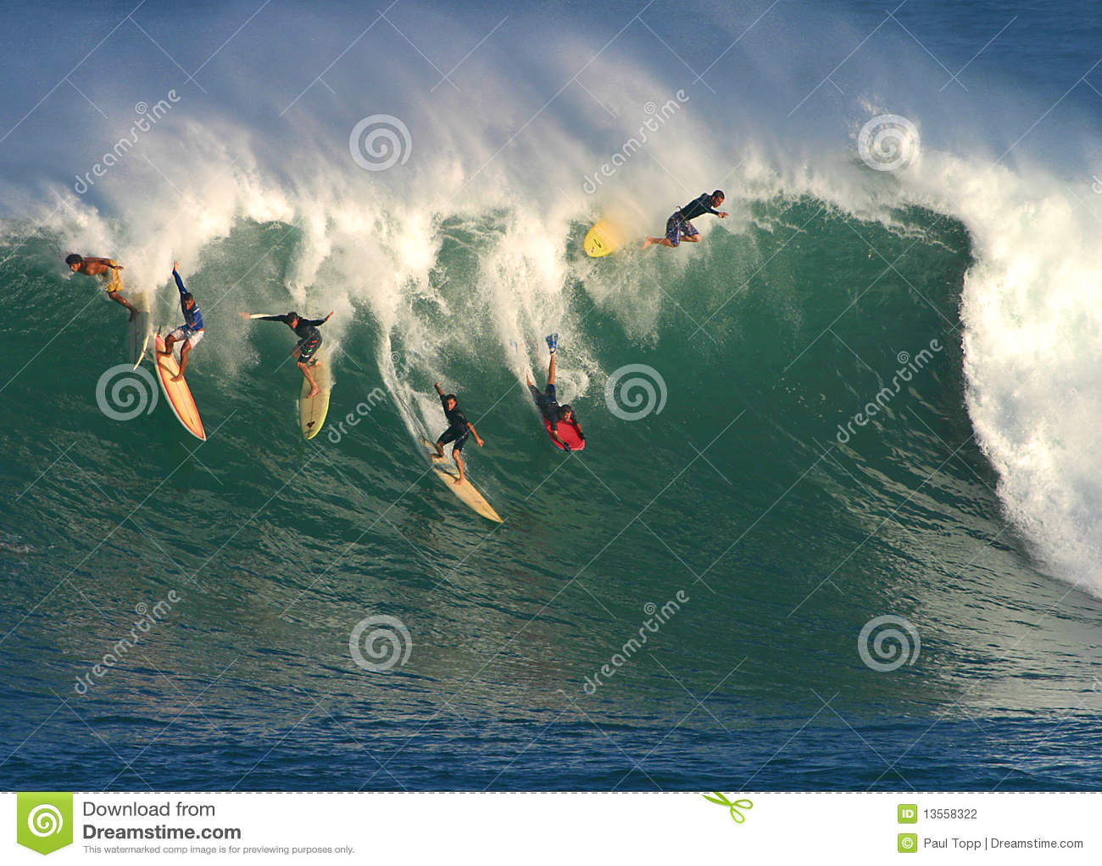 Onda grande que practica surf en Hawaii