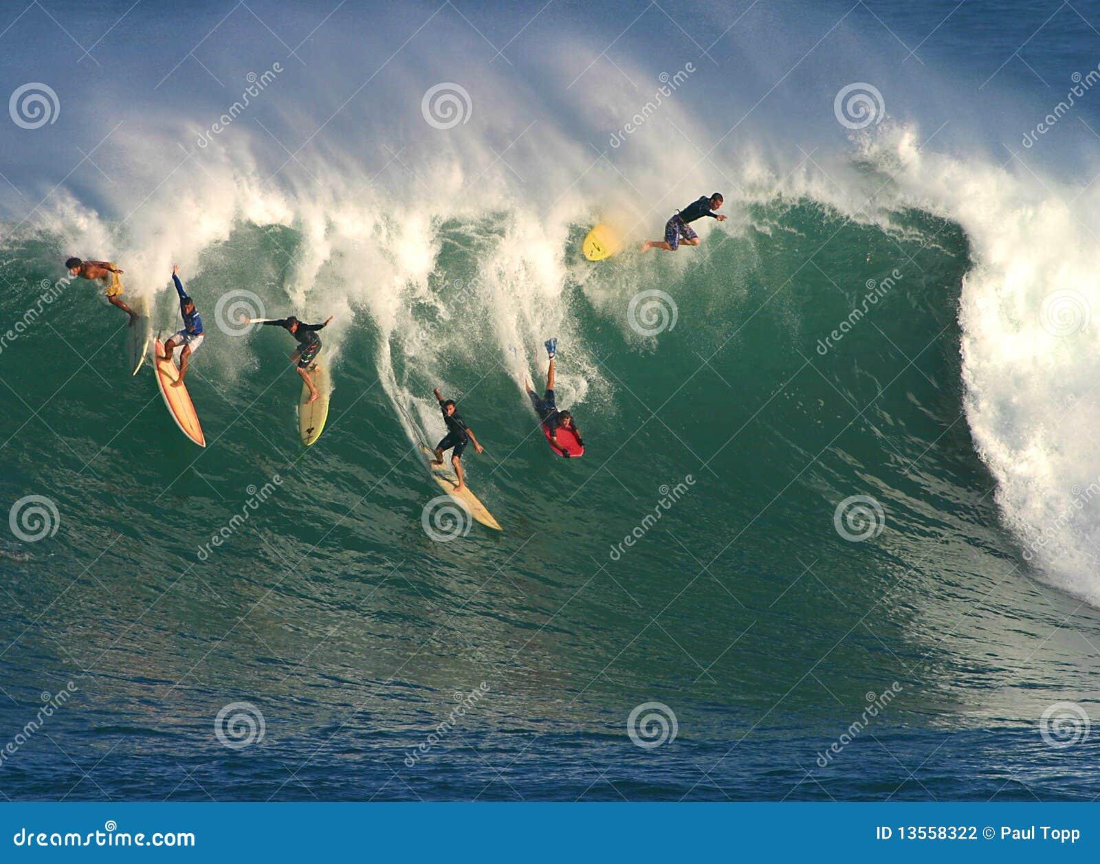 Onda grande que surfa em Havaí