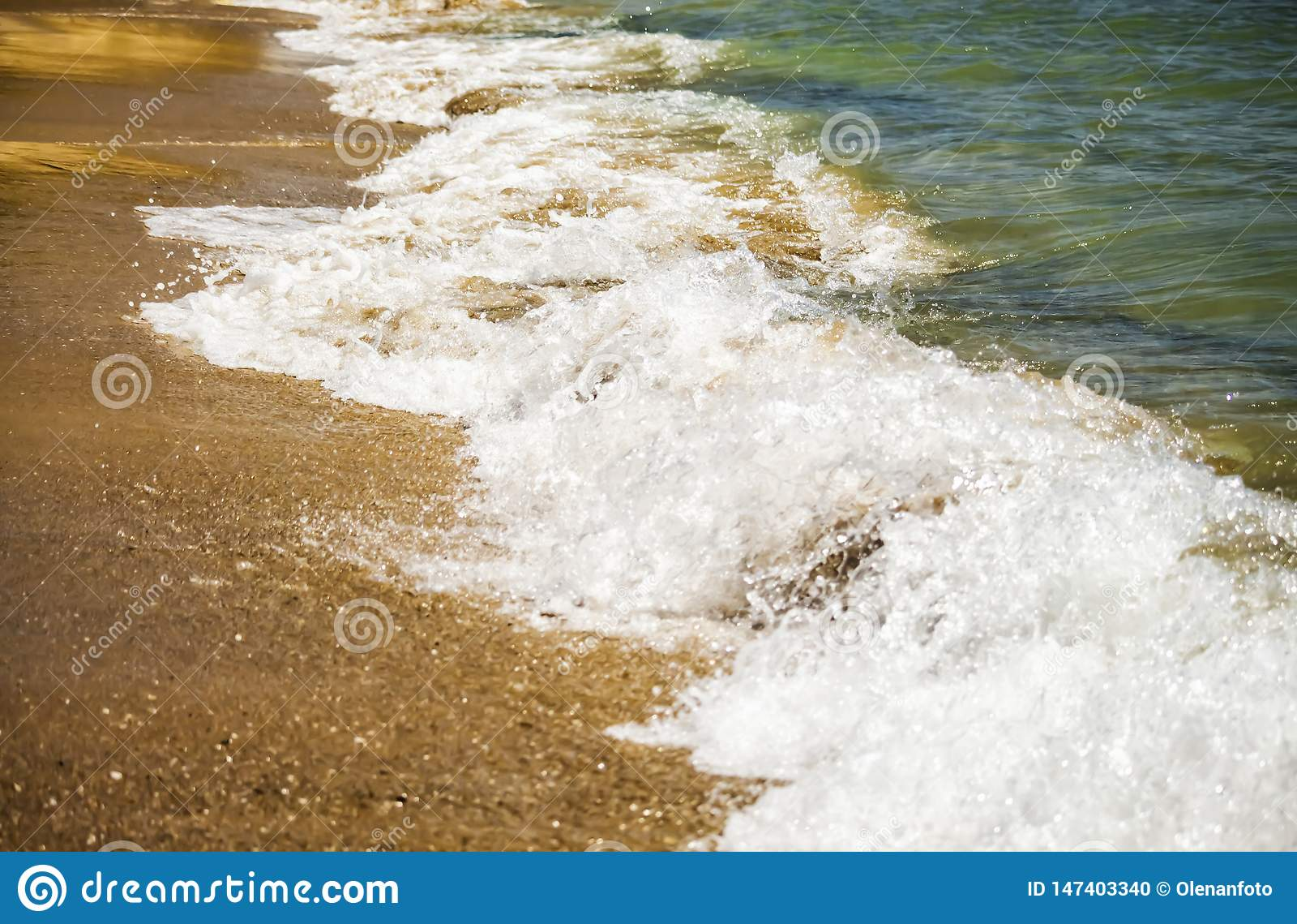 Onda macia do mar azul no Sandy Beach Fundo