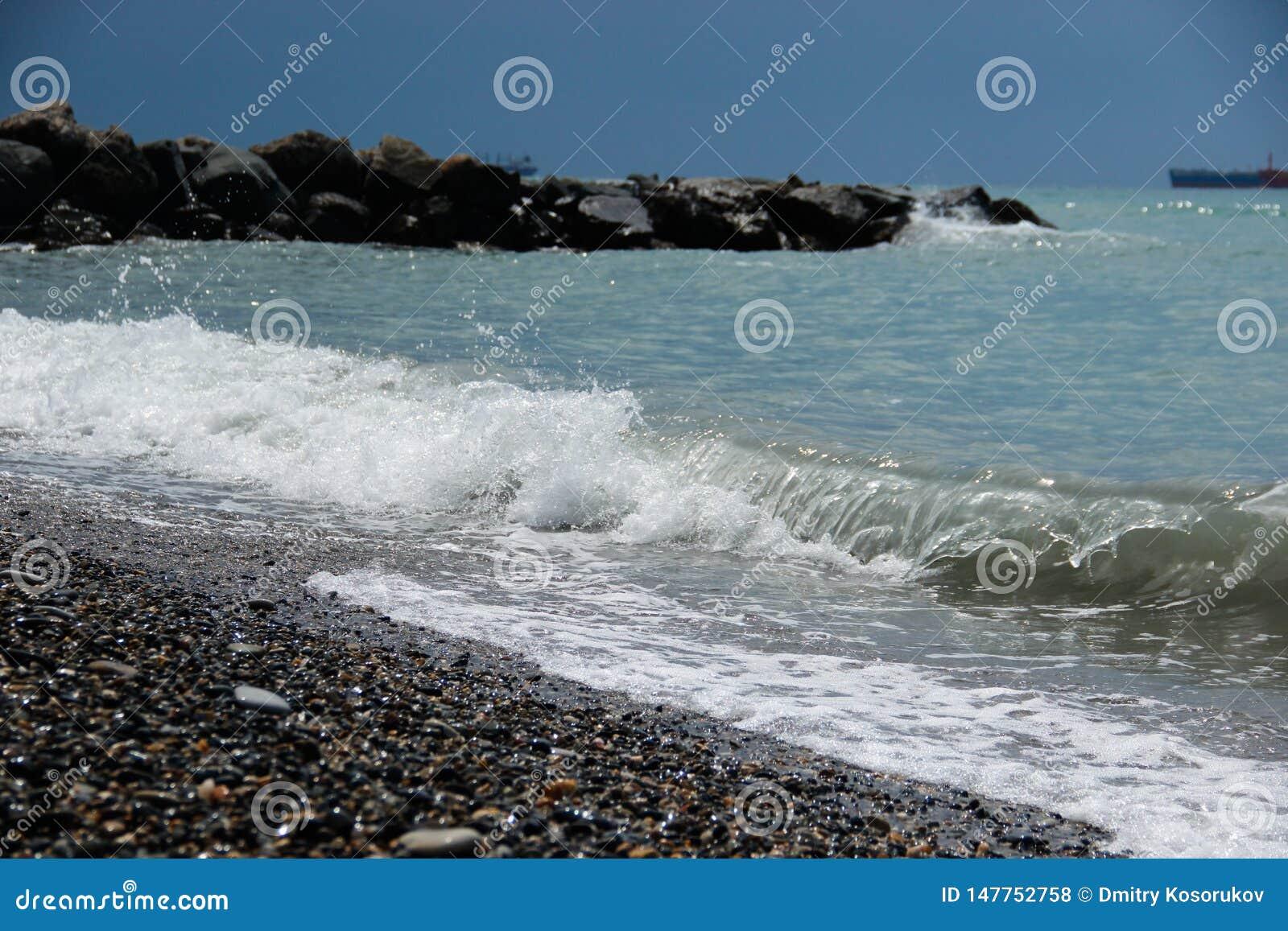 Onda na costa rochosa do mar