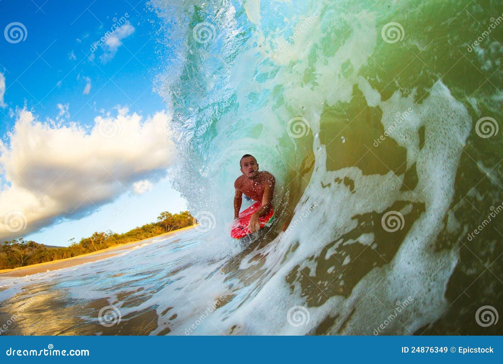 Onda praticante il surfing di tramonto