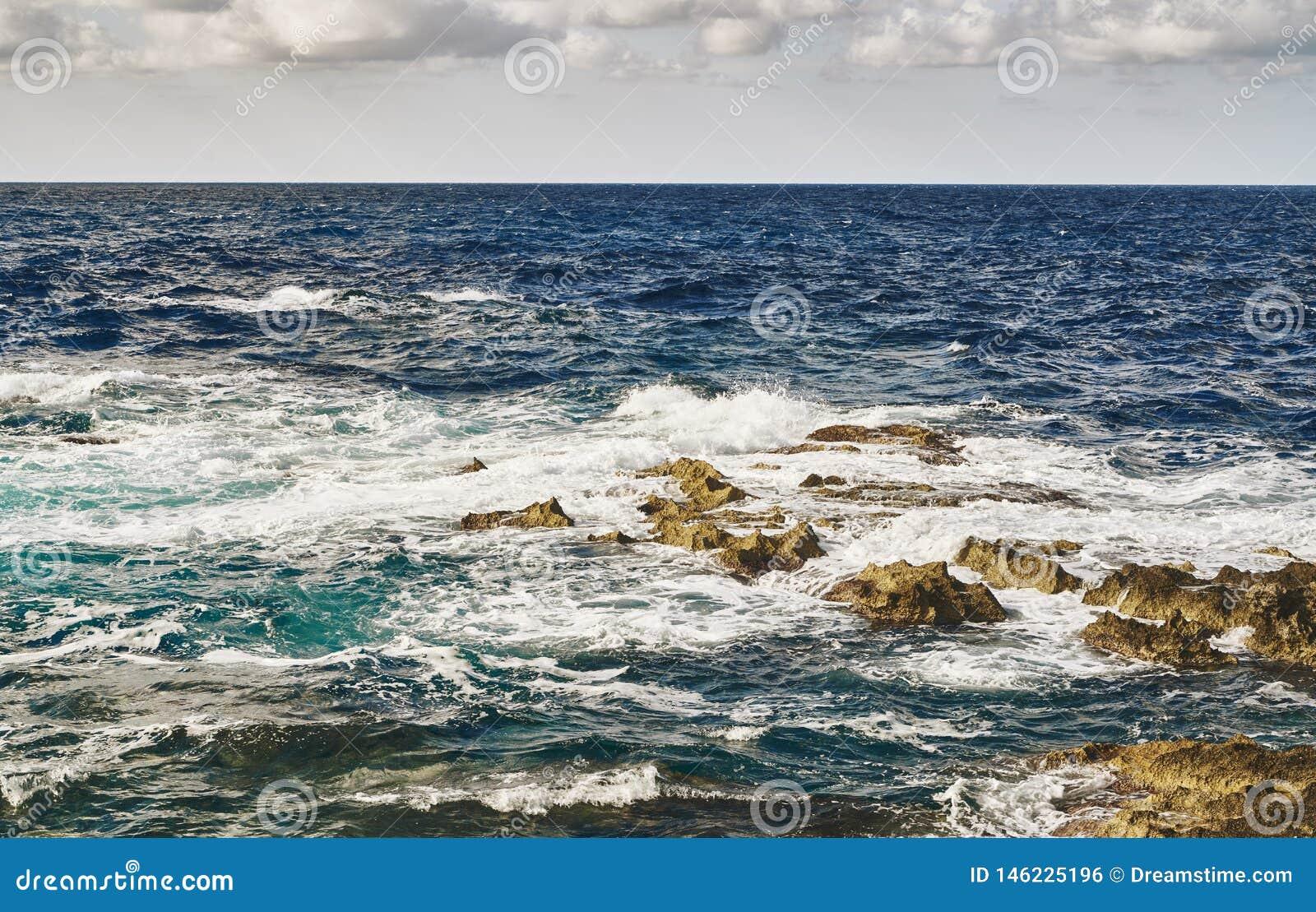 Ondas de fractura en piedras en el mar