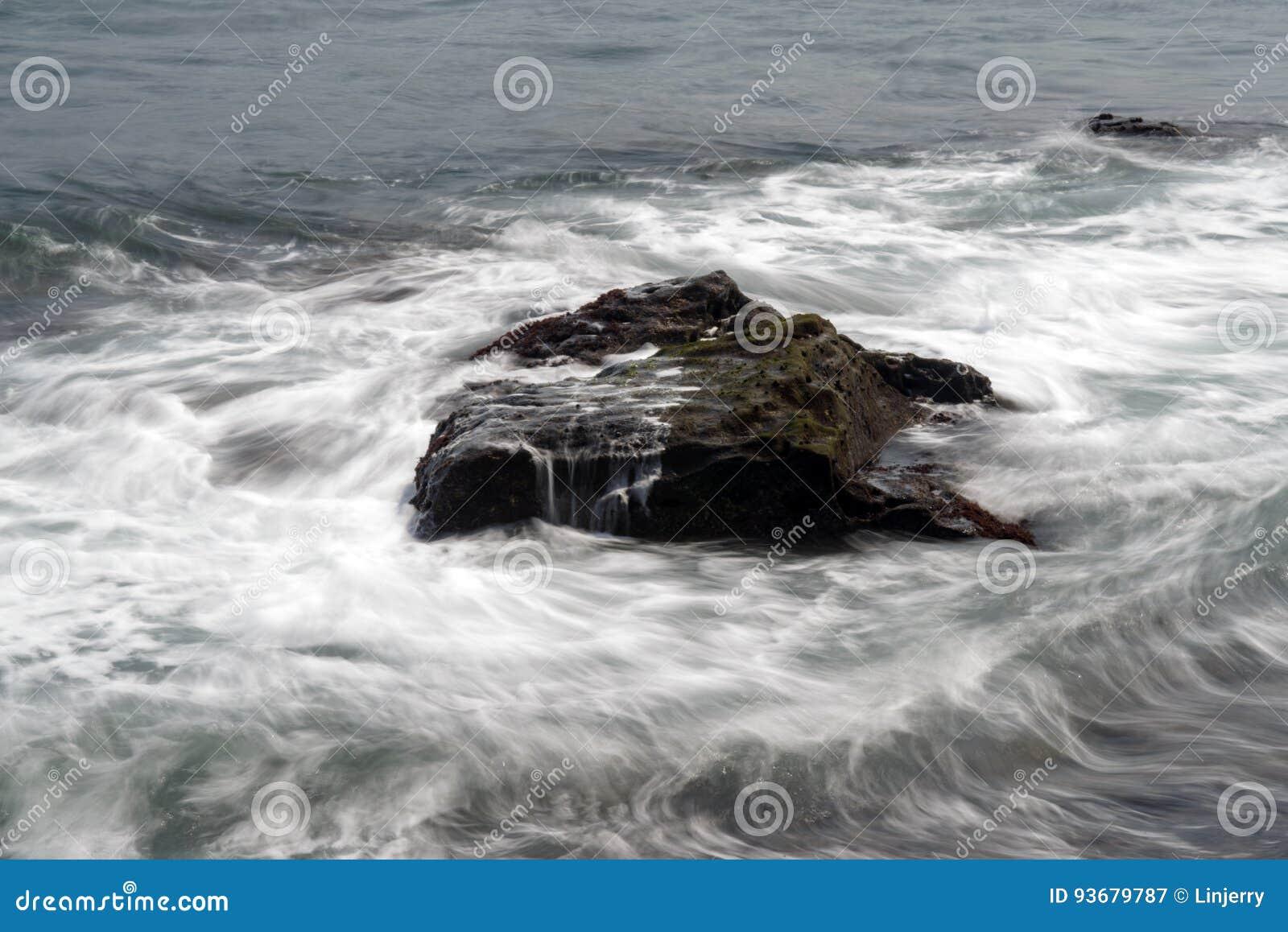 Ondas do mar que batem as rochas da costa
