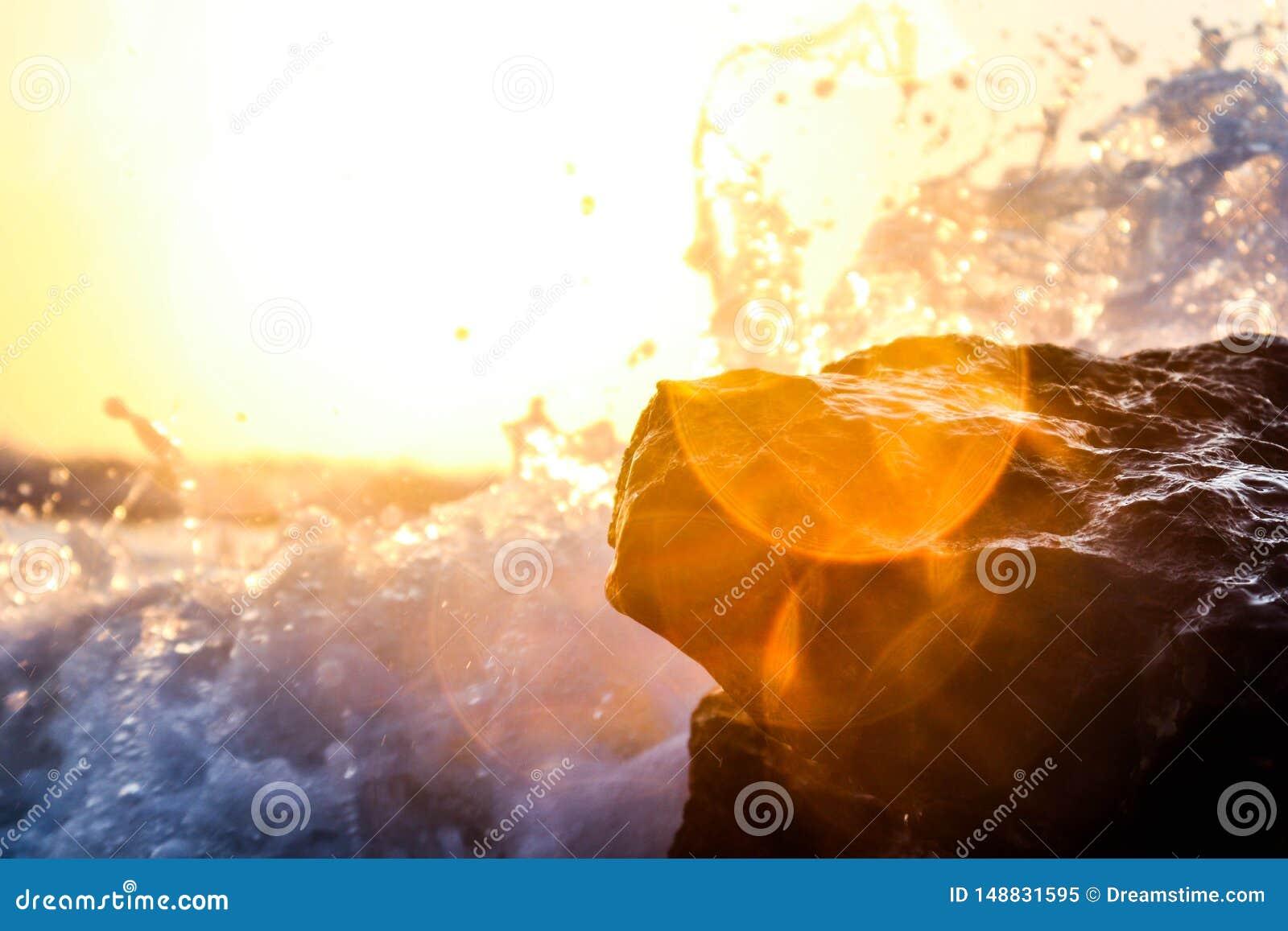 Ondas em rochas do oceano