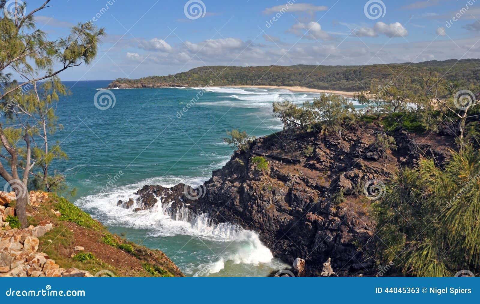 Ondas en rocas en el parque nacional Queensland Australia de Noosa