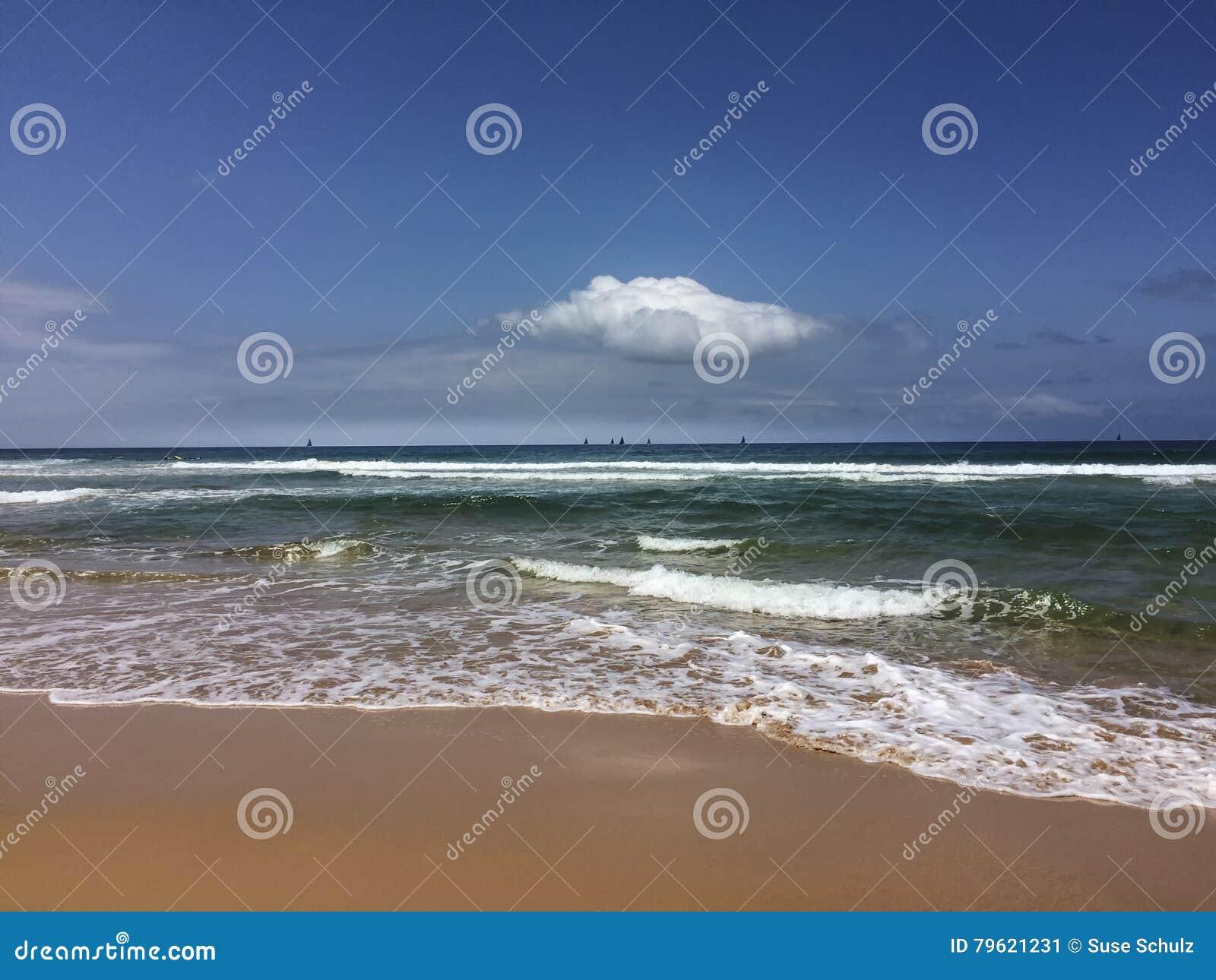 Ondas na praia arenosa