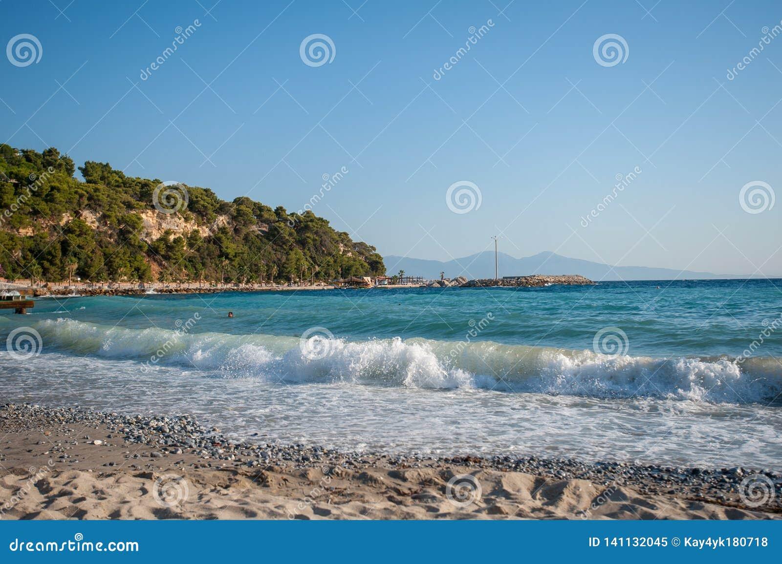 Ondas na praia tempo nadador durante o dia