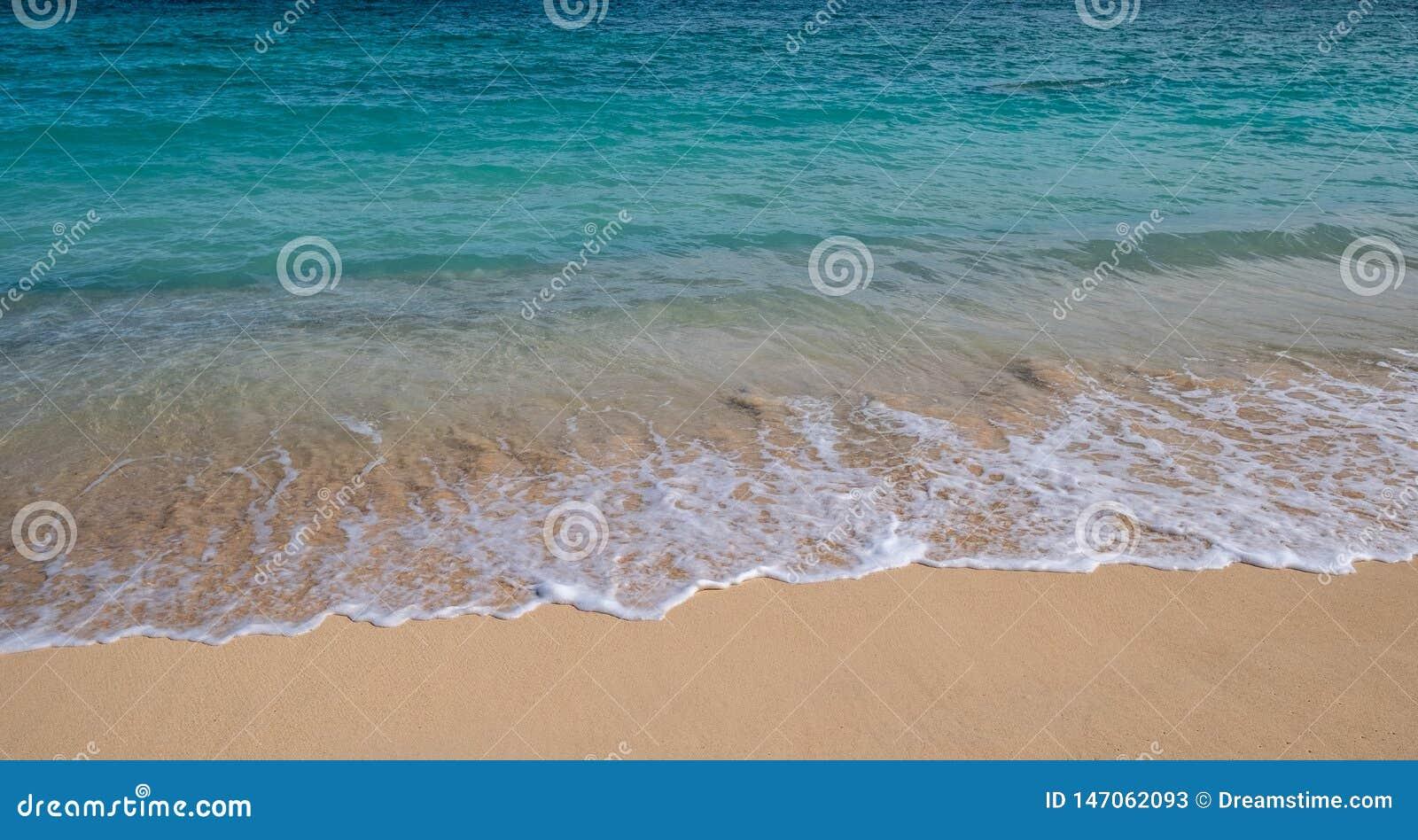 Ondas na ressaca de uma praia em Hava?